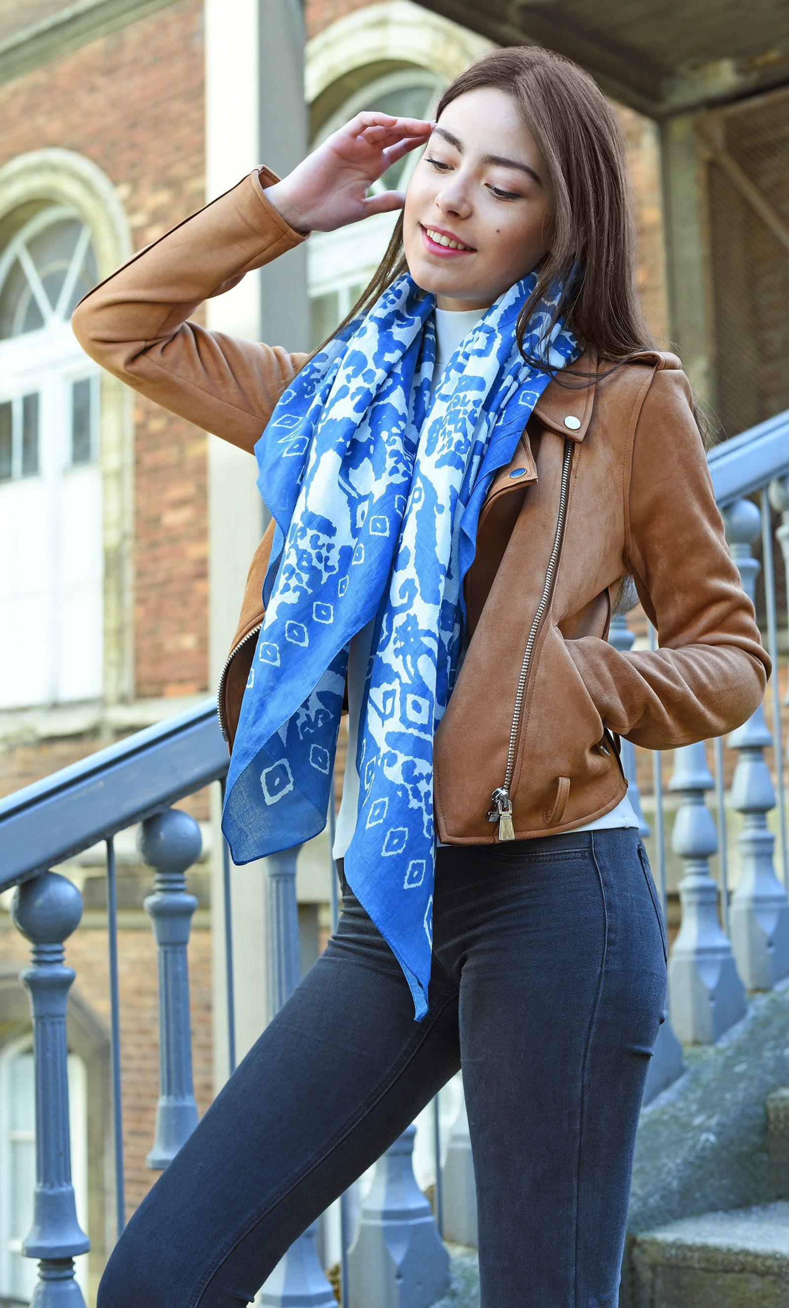 http://lookbook.allee-du-foulard.fr/wp-content/uploads/2018/05/0662-ADF-Accessoires-de-mode-LB-Coll-ethnique-etnia-bleu-1-1600x2650.jpg