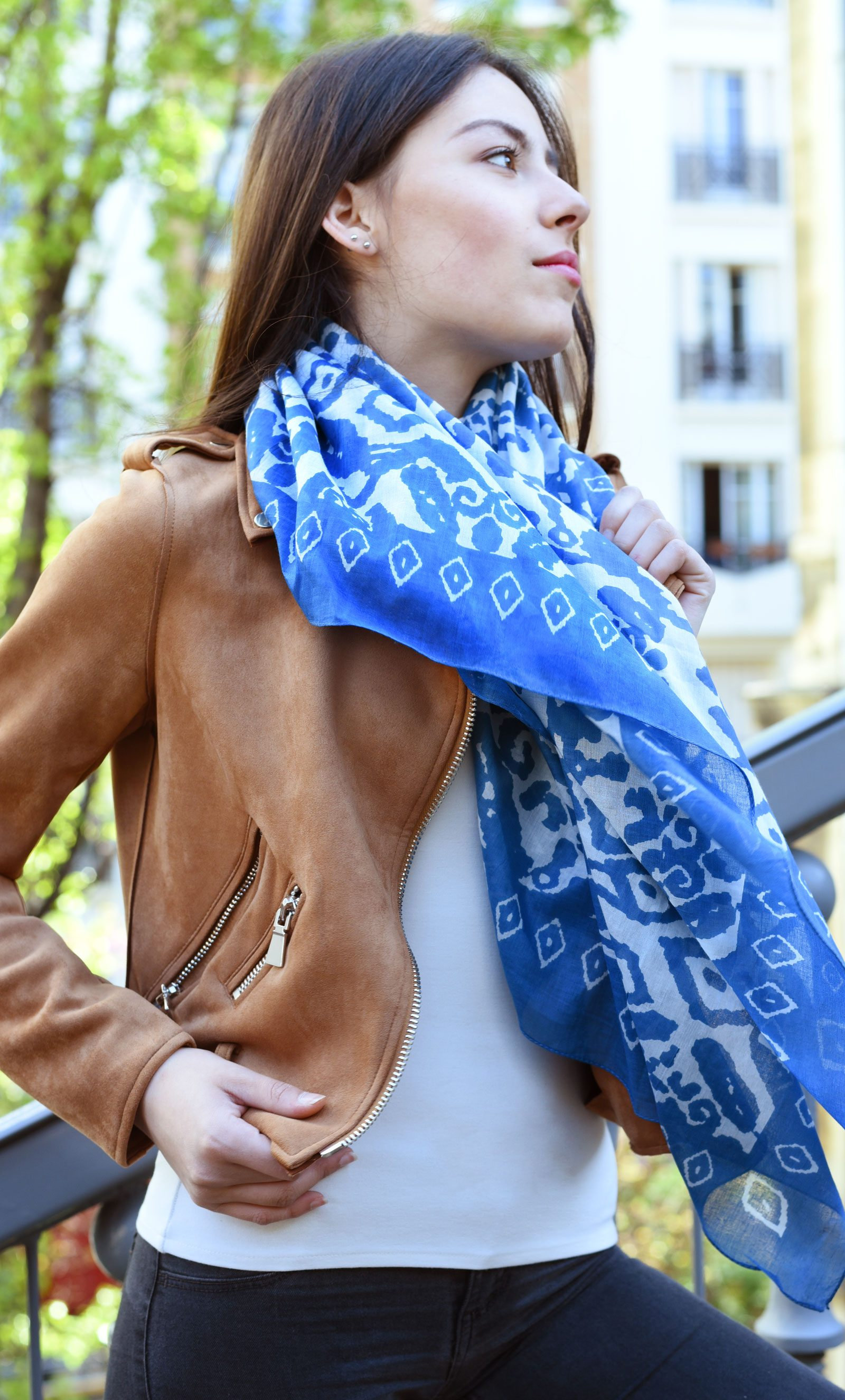 http://lookbook.allee-du-foulard.fr/wp-content/uploads/2018/05/0662-ADF-Accessoires-de-mode-LB-Coll-ethnique-etnia-bleu-2-1600x2650.jpg