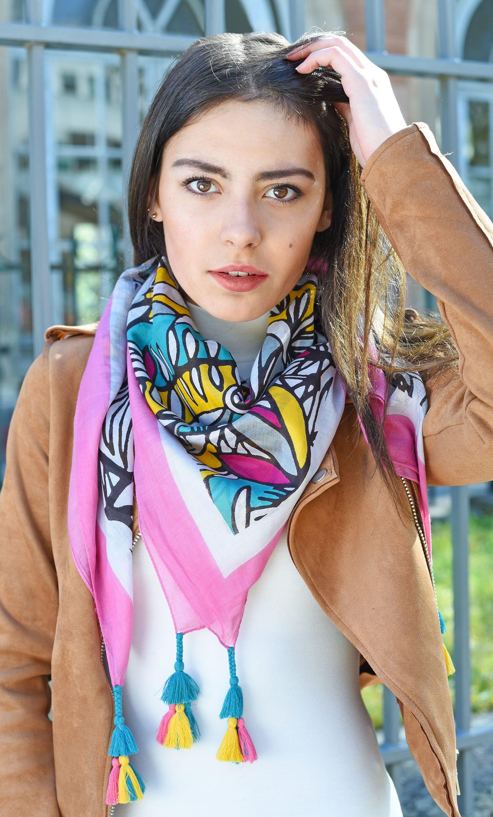 http://lookbook.allee-du-foulard.fr/wp-content/uploads/2018/05/0662-ADF-Accessoires-de-mode-LB-Coll-ethnique-valoa-rose-1-1-1600x2650.jpg