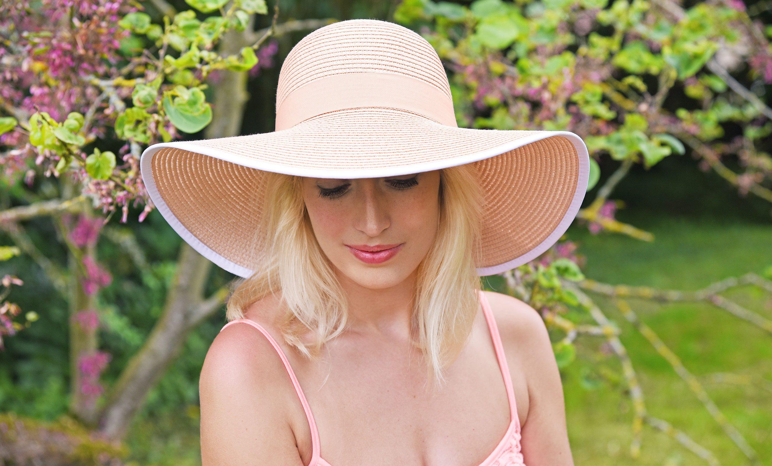 http://lookbook.allee-du-foulard.fr/wp-content/uploads/2018/06/0676-ADF-Accessoires-de-mode-LB-Chapeaux_champetre-reynosa-rose-2650x1600.jpg