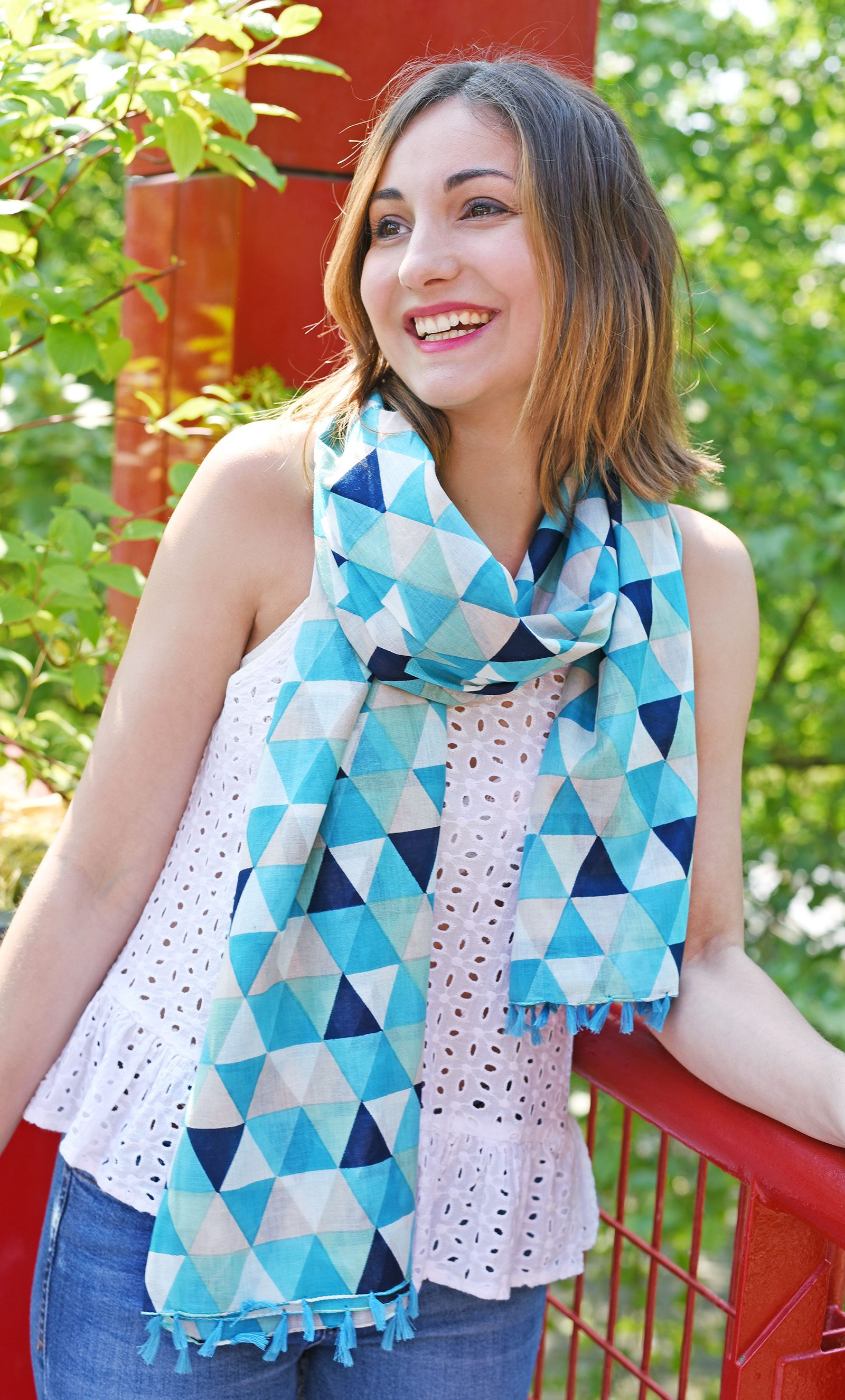http://lookbook.allee-du-foulard.fr/wp-content/uploads/2018/06/0679-ADF-Accessoires-de-mode-LB-Coll_geometrique-angelu-bleu-1-1600x2650.jpg