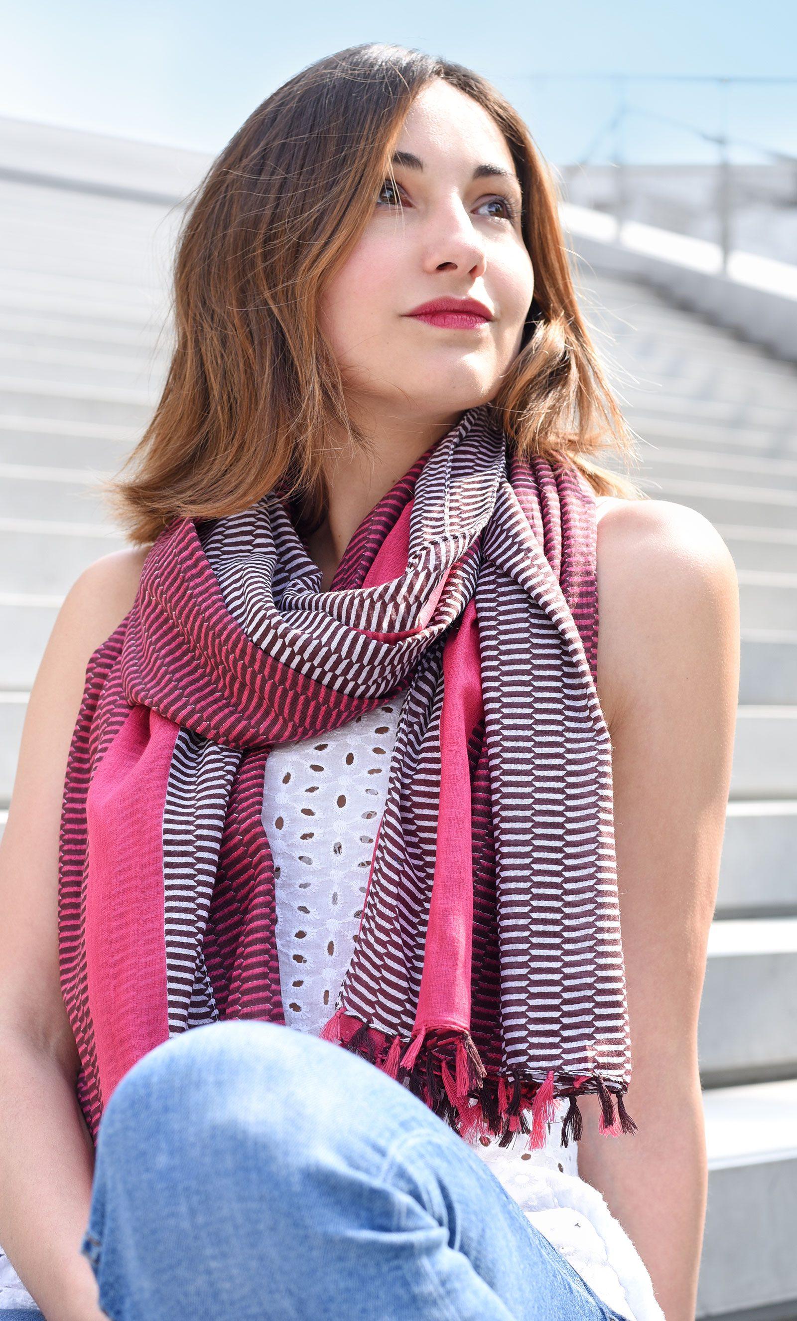 http://lookbook.allee-du-foulard.fr/wp-content/uploads/2018/06/0679-ADF-Accessoires-de-mode-LB-Coll_geometrique-escala-fuchsia-1-1600x2650.jpg