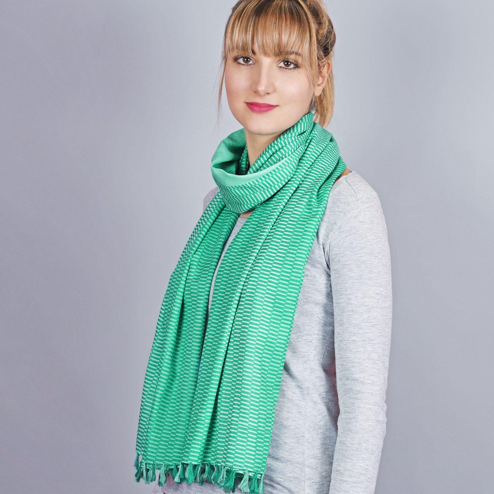 http://lookbook.allee-du-foulard.fr/wp-content/uploads/2018/06/AT-04345-VF16-1-cheche-pompon-rayures-vert-menthe-1600x1600.jpg