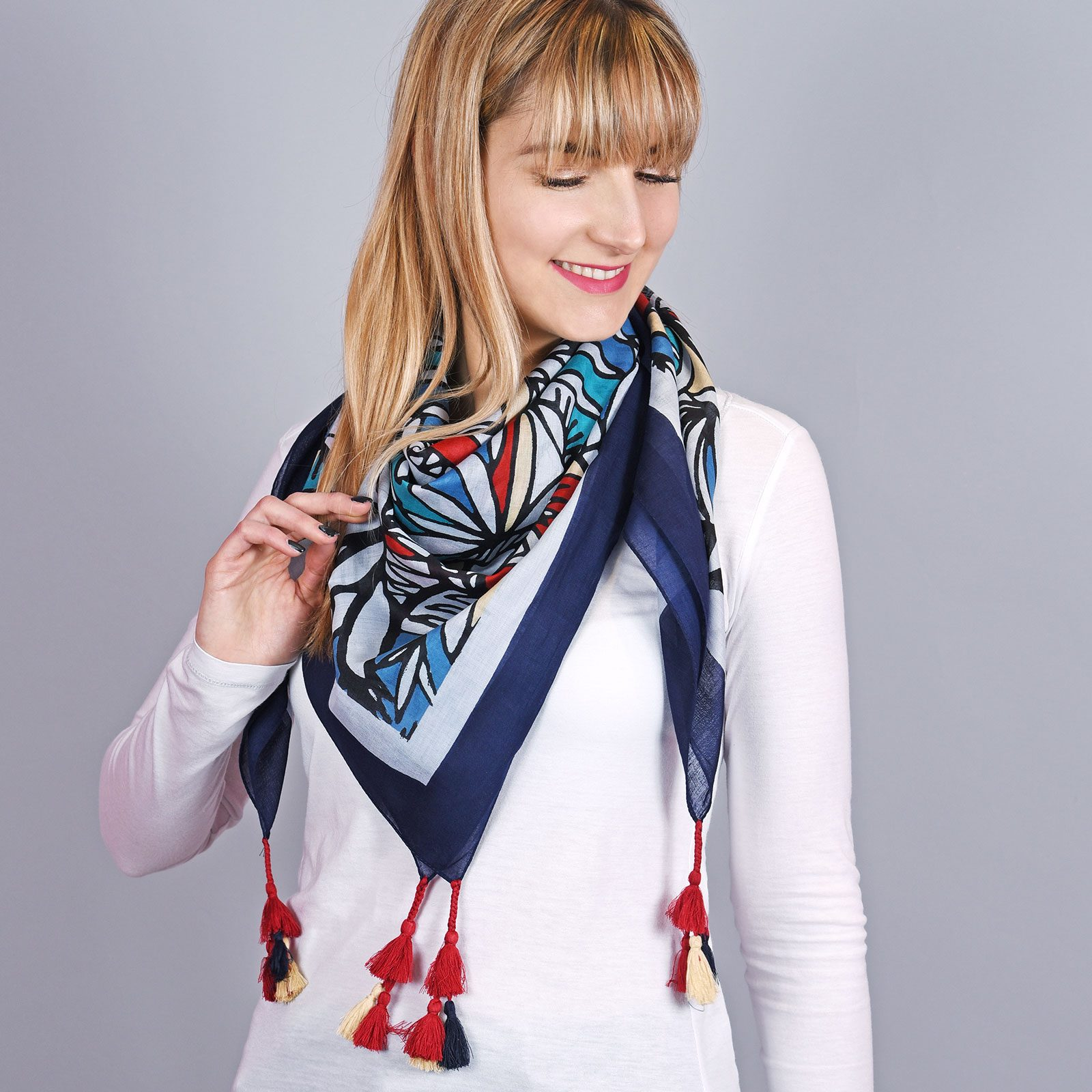 http://lookbook.allee-du-foulard.fr/wp-content/uploads/2018/08/AT-04330-VF16-1-foulard-carre-fantaisie-bleu-1600x1600.jpg