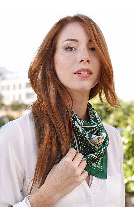 http://lookbook.allee-du-foulard.fr/wp-content/uploads/2018/09/0690-ADF-Accessoires-de-mode-LB-Selection_carres-Piccolo_brava-434x668.jpg