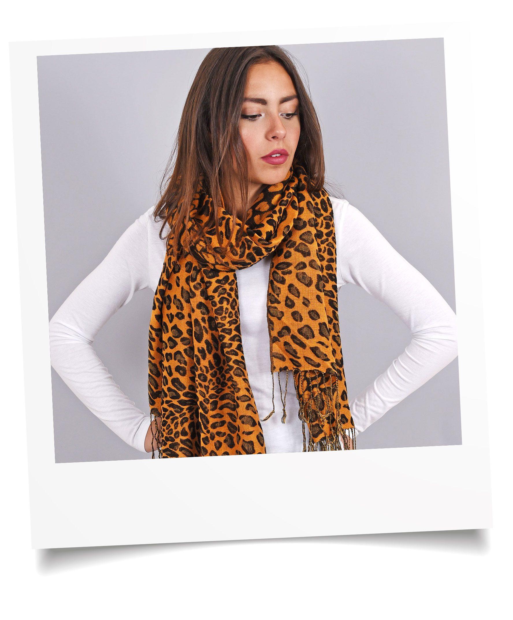 http://lookbook.allee-du-foulard.fr/wp-content/uploads/2018/09/0695-1-ADF-Accessoires-de-mode-LB-Selection_leopard-echarpe-orange-marron-1776x2144.jpg