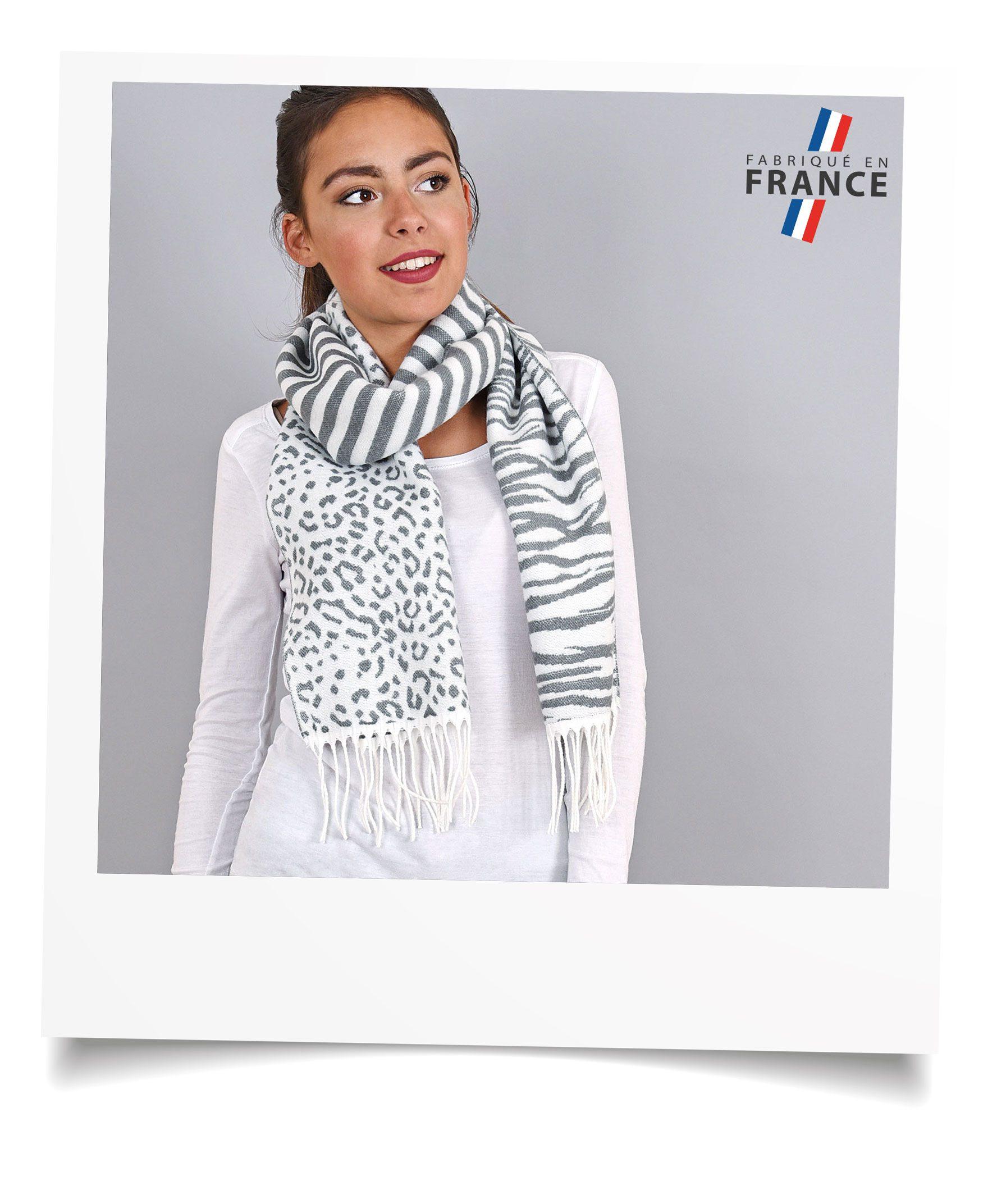 http://lookbook.allee-du-foulard.fr/wp-content/uploads/2018/09/0695-6-ADF-Accessoires-de-mode-LB-Selection_leopard-echarpe-zebre-grise-1776x2144.jpg