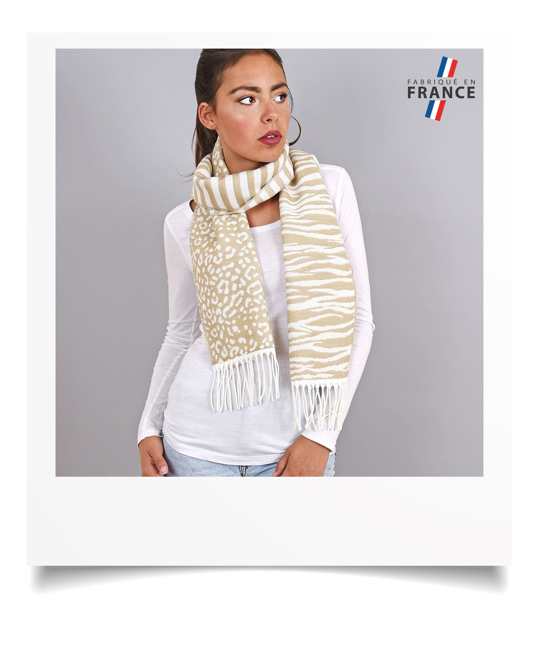http://lookbook.allee-du-foulard.fr/wp-content/uploads/2018/09/0695-7-ADF-Accessoires-de-mode-LB-Selection_leopard-echarpe-beige-1776x2144.jpg