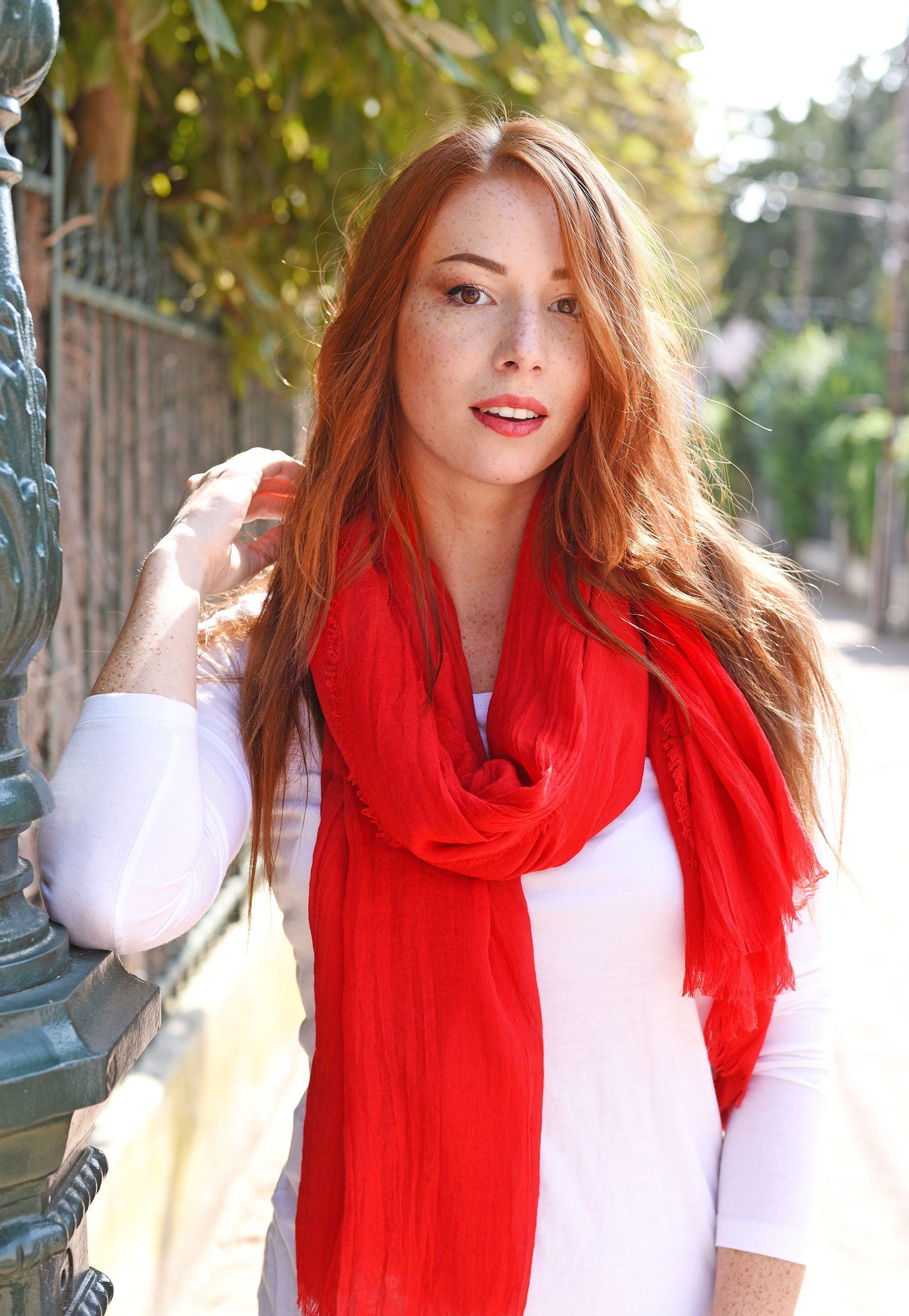 http://lookbook.allee-du-foulard.fr/wp-content/uploads/2018/09/0699-ADF-Accessoires-de-mode-LB-Colorama-automne-cheche_rouge-1831x2650.jpg
