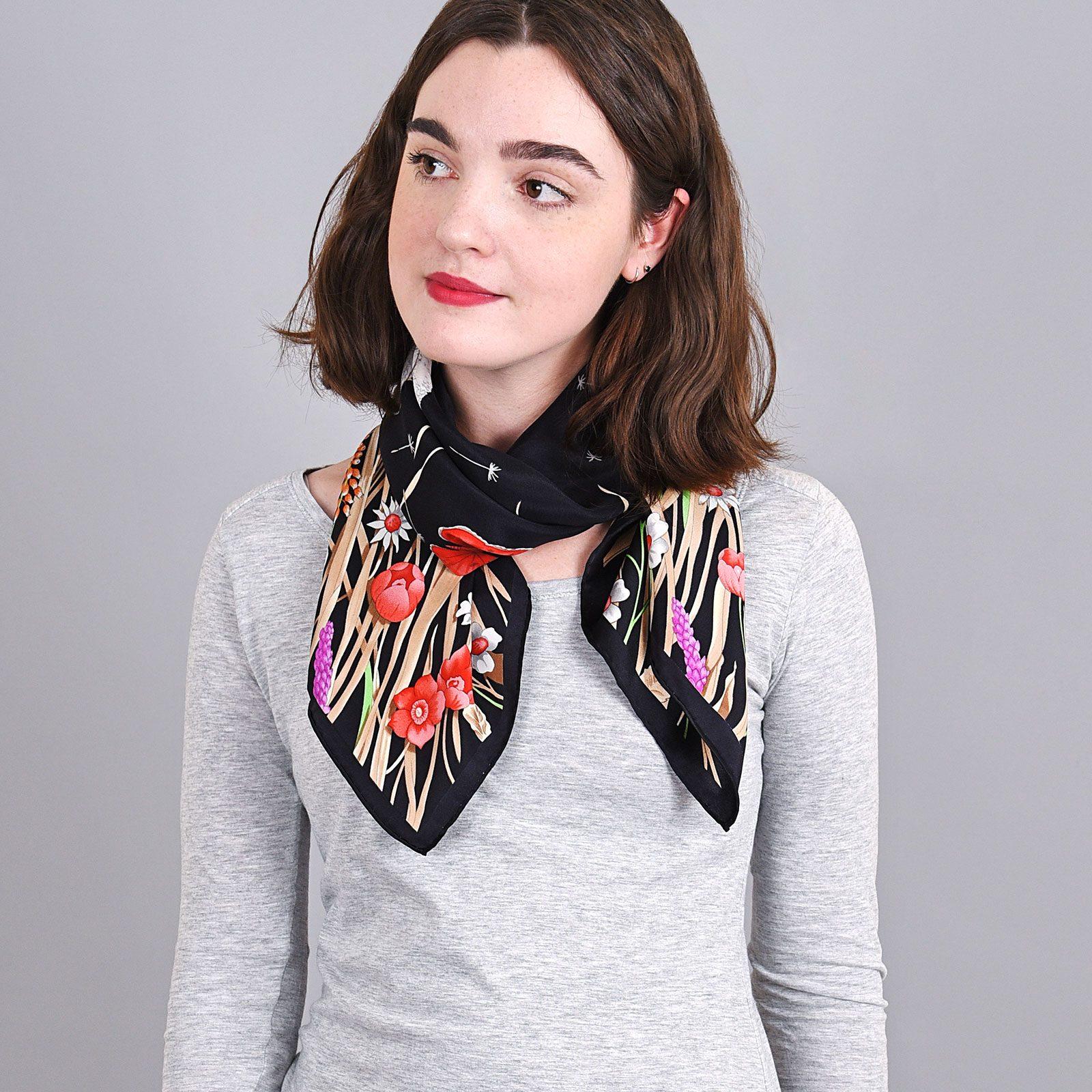 http://lookbook.allee-du-foulard.fr/wp-content/uploads/2018/09/AT-04034-VF16-carre-de-soie-prairie-papillons-noir-1600x1600.jpg