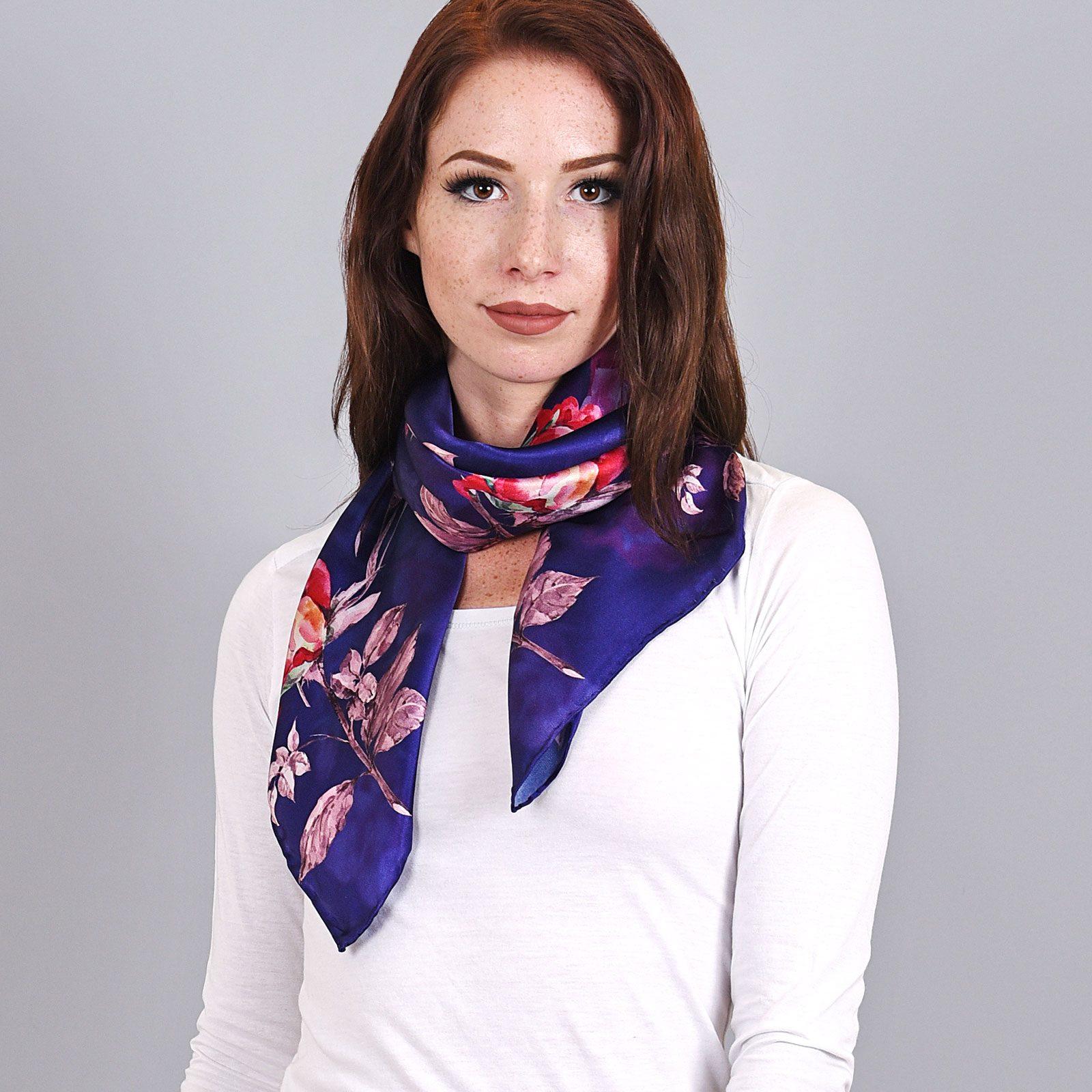 http://lookbook.allee-du-foulard.fr/wp-content/uploads/2018/09/AT-04039-VF16-carre-soie-fleurs-sur-bleu-1600x1600.jpg
