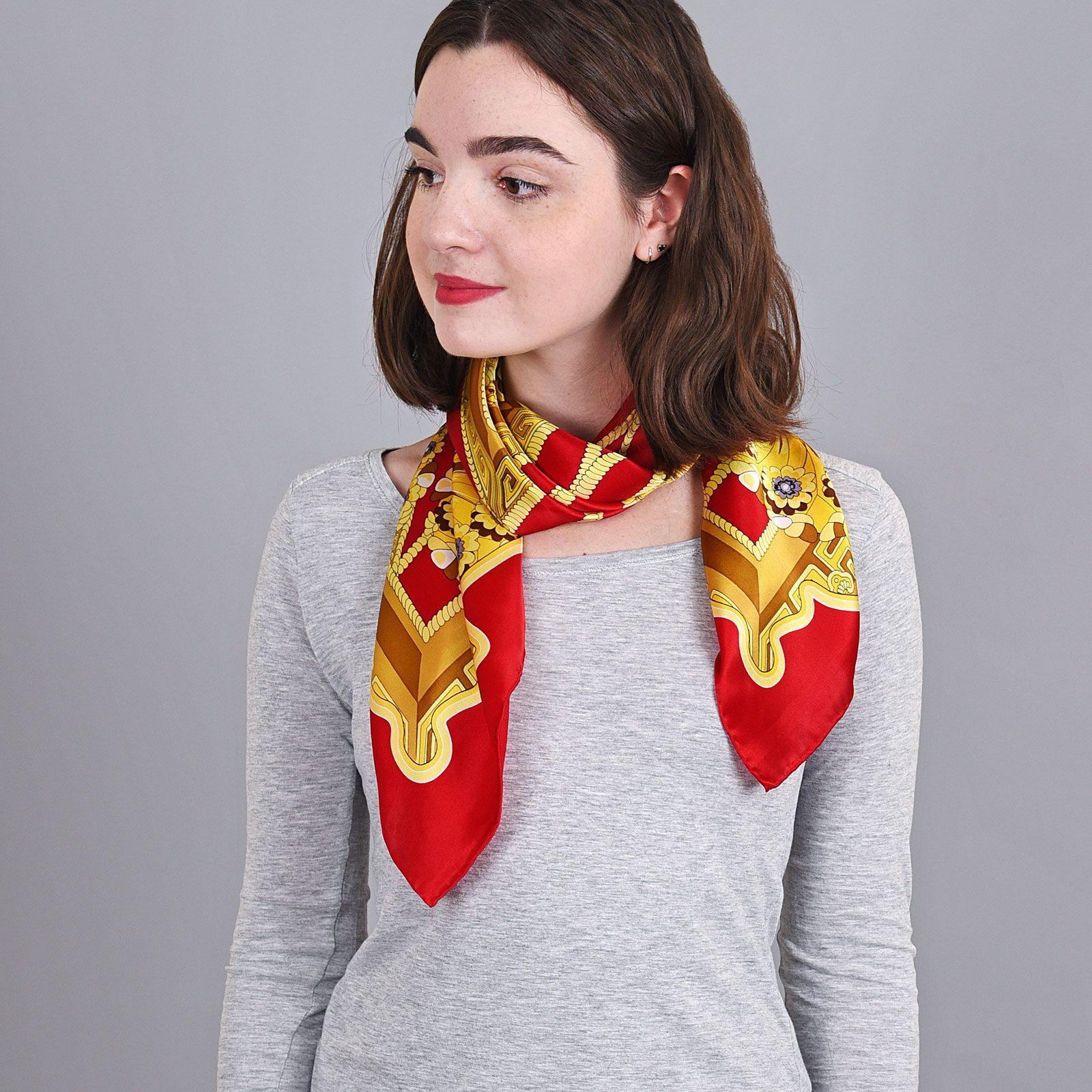 http://lookbook.allee-du-foulard.fr/wp-content/uploads/2018/09/AT-04053-VF16-carre-soie-rouge-jaune-1600x1600.jpg