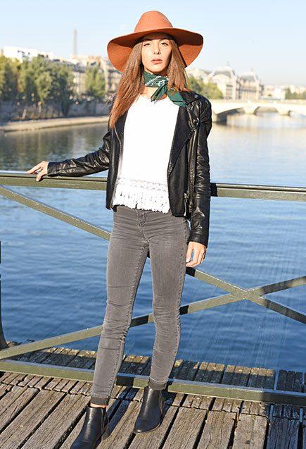 http://lookbook.allee-du-foulard.fr/wp-content/uploads/2018/10/0701-ADF-Accessoires-de-mode-LB-Western-Bandana-Olive-1-435x637.jpg