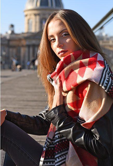 http://lookbook.allee-du-foulard.fr/wp-content/uploads/2018/10/0701-ADF-Accessoires-de-mode-LB-Western-Chale-Azteque-1-435x637.jpg