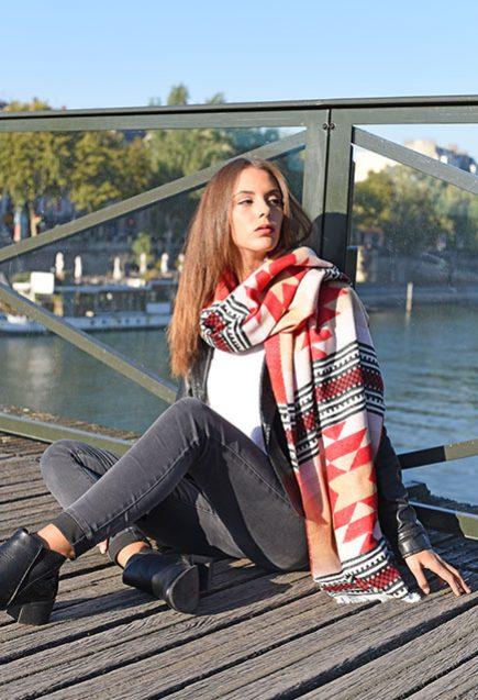 http://lookbook.allee-du-foulard.fr/wp-content/uploads/2018/10/0701-ADF-Accessoires-de-mode-LB-Western-Chale-Azteque-2-435x637.jpg