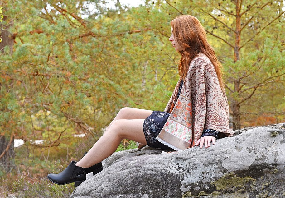 http://lookbook.allee-du-foulard.fr/wp-content/uploads/2018/11/0704-ADF-Accessoires-de-mode-LB-fleursdautomne-Poncho_Cally-beige-914x637.jpg
