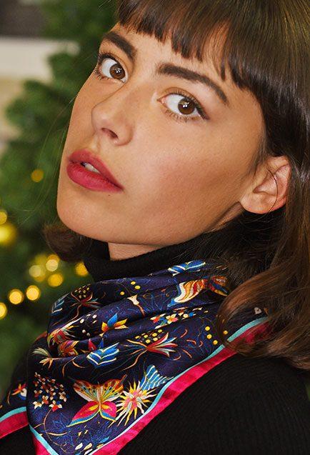 http://lookbook.allee-du-foulard.fr/wp-content/uploads/2018/11/0707-ADF-Accessoires-de-mode-LB-Conseil-Cadeau-F-Elegante-Carre_farilla-434x637.jpg