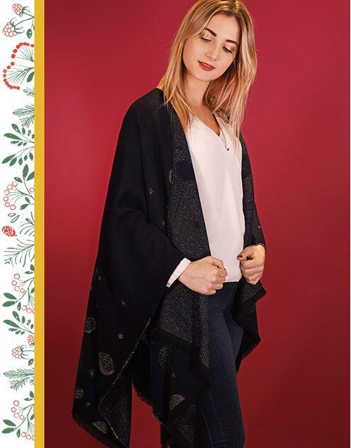 http://lookbook.allee-du-foulard.fr/wp-content/uploads/2018/11/0707-ADF-Accessoires-de-mode-LB-Conseil-Cadeau-F-Elegante-Poncho_galaxie-499x637.jpg