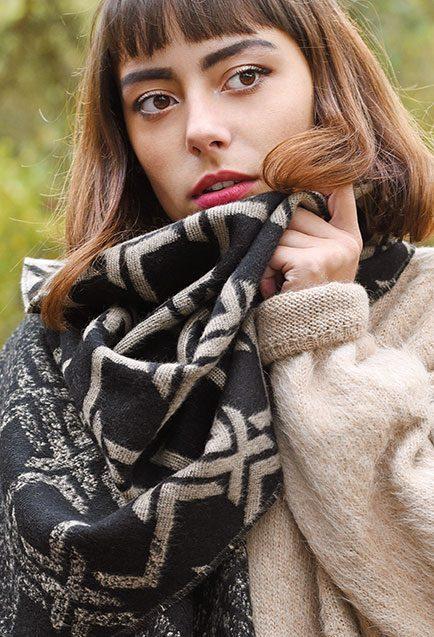 http://lookbook.allee-du-foulard.fr/wp-content/uploads/2018/11/0707-ADF-Accessoires-de-mode-LB-Conseil-Cadeau-F-Frileuse-maquette-Chale_ligea-434x637.jpg