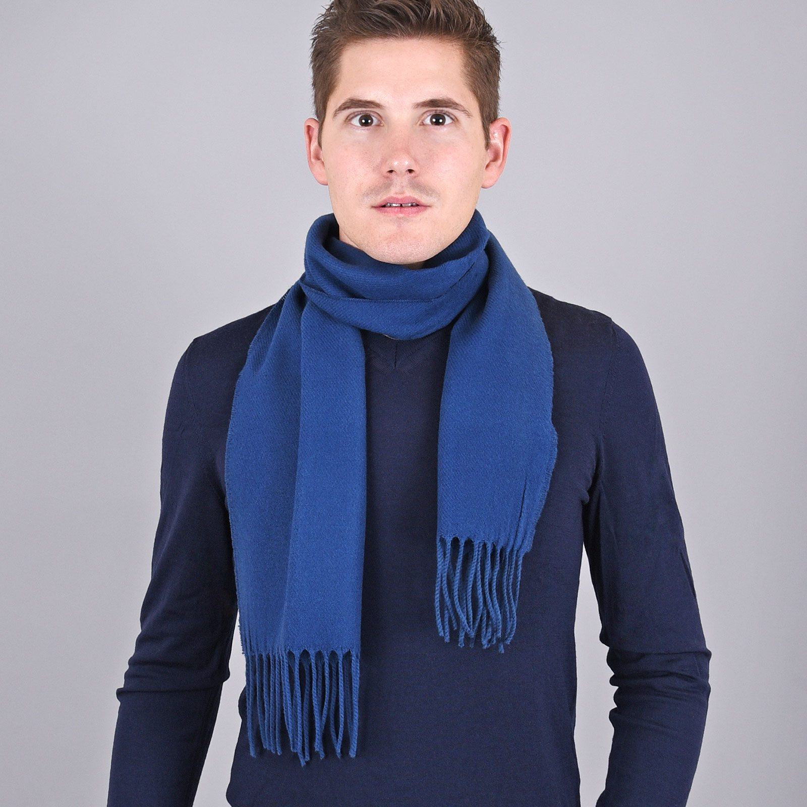 http://lookbook.allee-du-foulard.fr/wp-content/uploads/2018/11/AT-03233-VH16-echarpe-homme-a-franges-bleue-fabrication-francaise-1600x1600.jpg