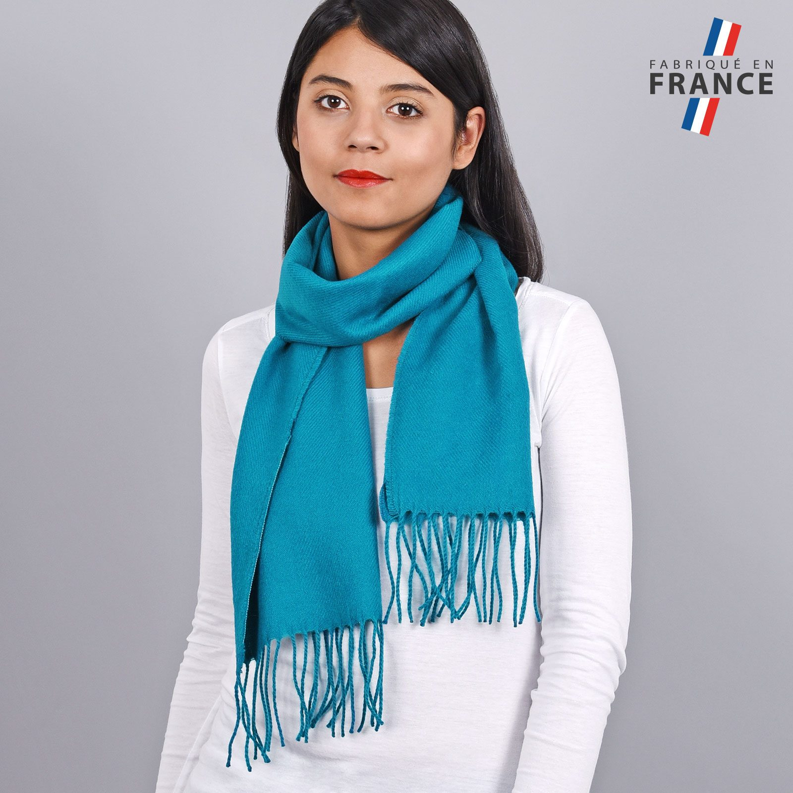 http://lookbook.allee-du-foulard.fr/wp-content/uploads/2018/11/AT-03235-VF16-LB_FR-echarpe-franges-bleu-femme-fabrication-francaise-1600x1600.jpg
