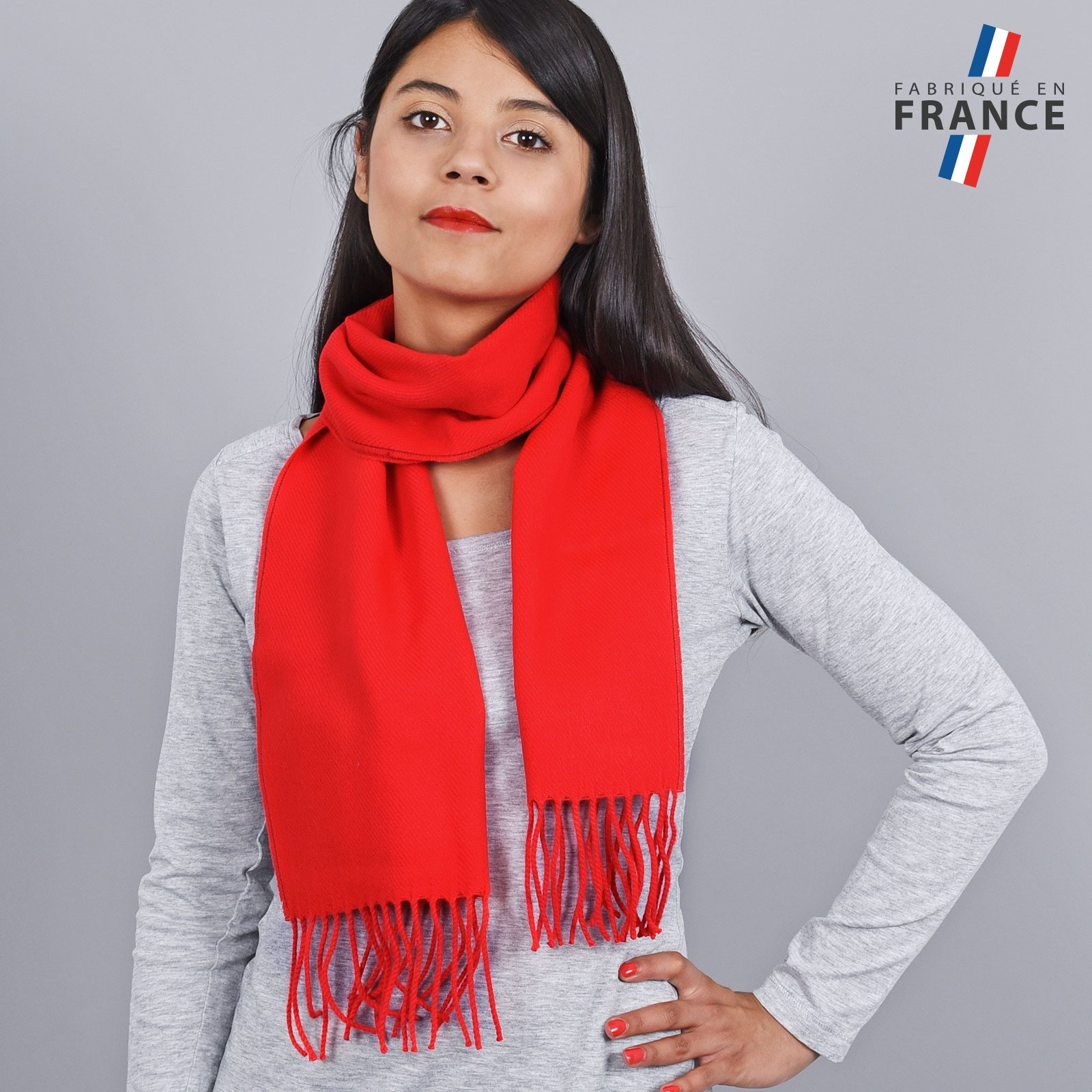 http://lookbook.allee-du-foulard.fr/wp-content/uploads/2018/11/AT-03242-VF16-LB_FR-echarpe-franges-rouge-femme-fabrication-francaise-1600x1600.jpg