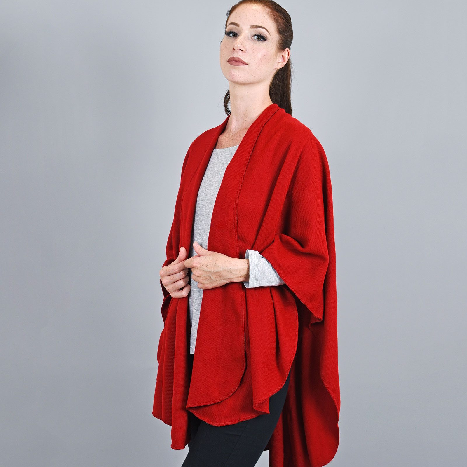 http://lookbook.allee-du-foulard.fr/wp-content/uploads/2018/11/AT-03257-VF16-poncho-rond-fabrique-en-france-rouge-1600x1600.jpg