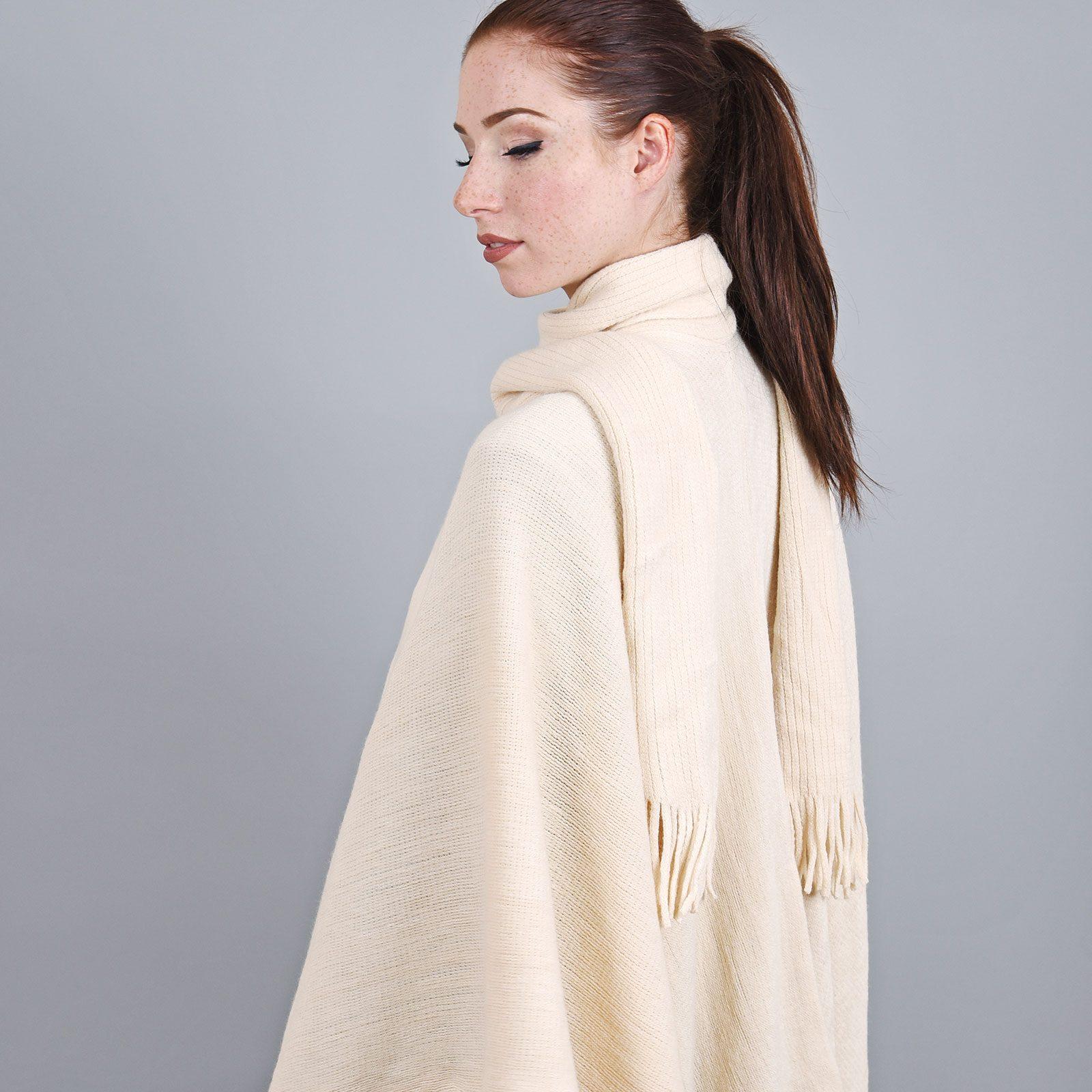 http://lookbook.allee-du-foulard.fr/wp-content/uploads/2018/11/AT-03328-VF16-2-poncho-echarpe-creme-1600x1600.jpg