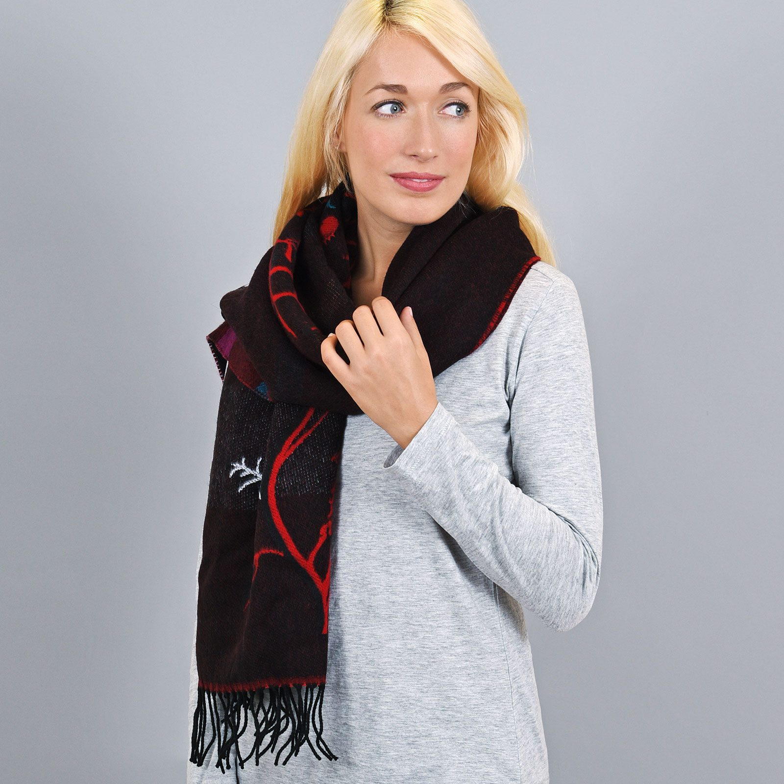 http://lookbook.allee-du-foulard.fr/wp-content/uploads/2018/11/AT-03441-VF16-1-chale-rouge-et-noir-cerisiers-1600x1600.jpg