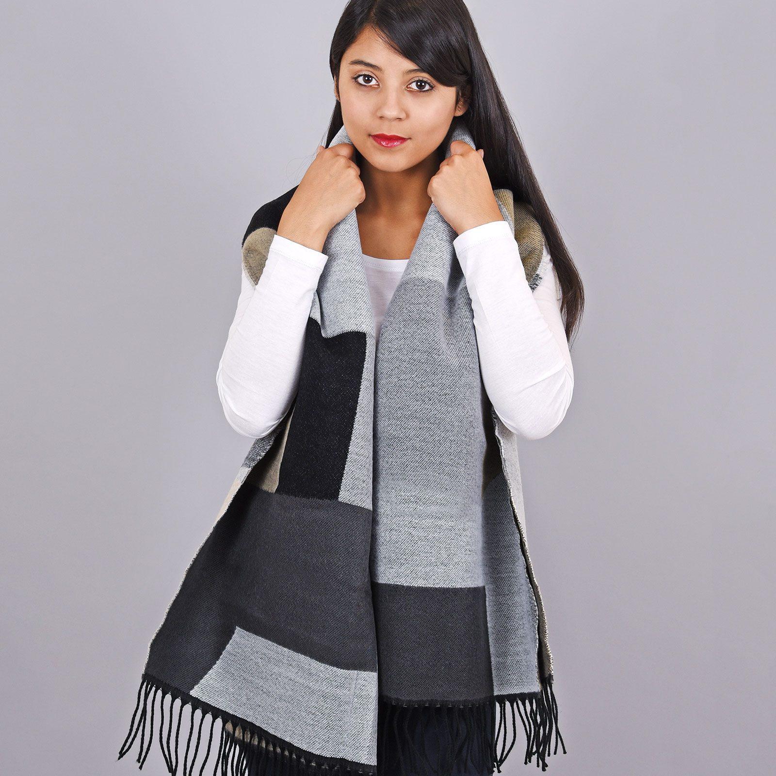 http://lookbook.allee-du-foulard.fr/wp-content/uploads/2018/11/AT-03453-VF16-2-chale-epais-patchwork-gris-noir-1600x1600.jpg