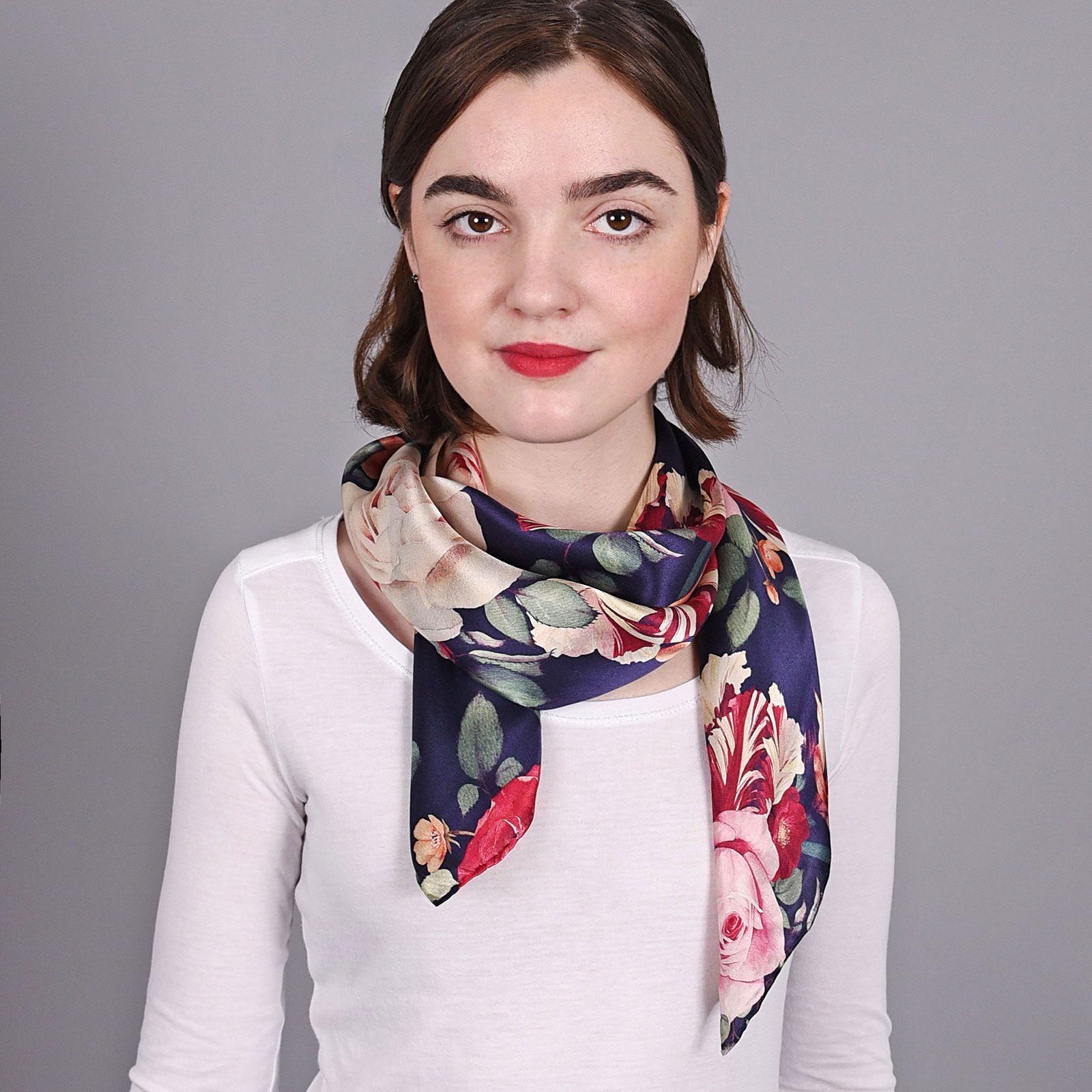 http://lookbook.allee-du-foulard.fr/wp-content/uploads/2018/11/AT-03869-V16-carre-soie-bleu-roses-multicolores-1600x1600.jpg