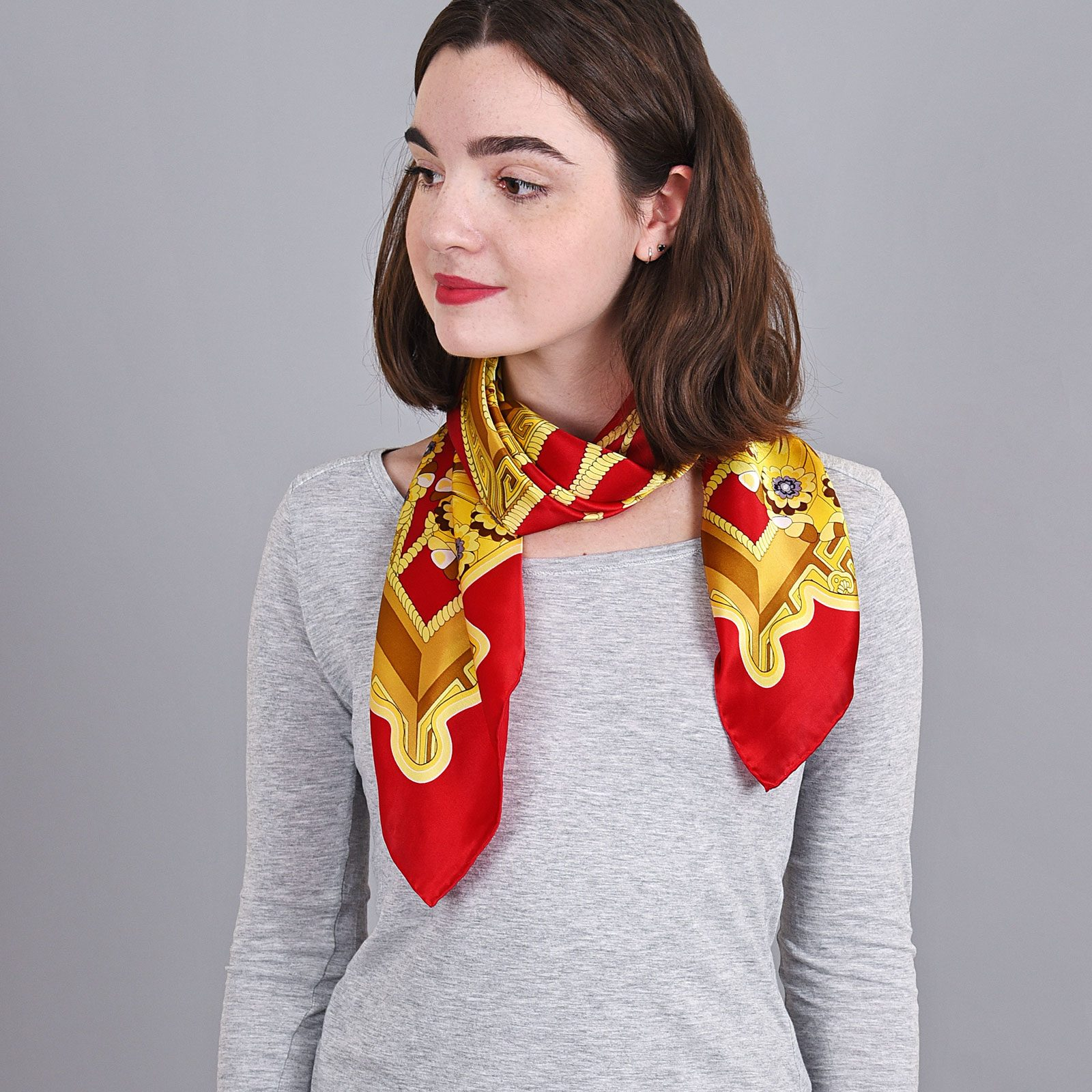 http://lookbook.allee-du-foulard.fr/wp-content/uploads/2018/11/AT-04053-VF16-carre-soie-rouge-jaune-1-1600x1600.jpg