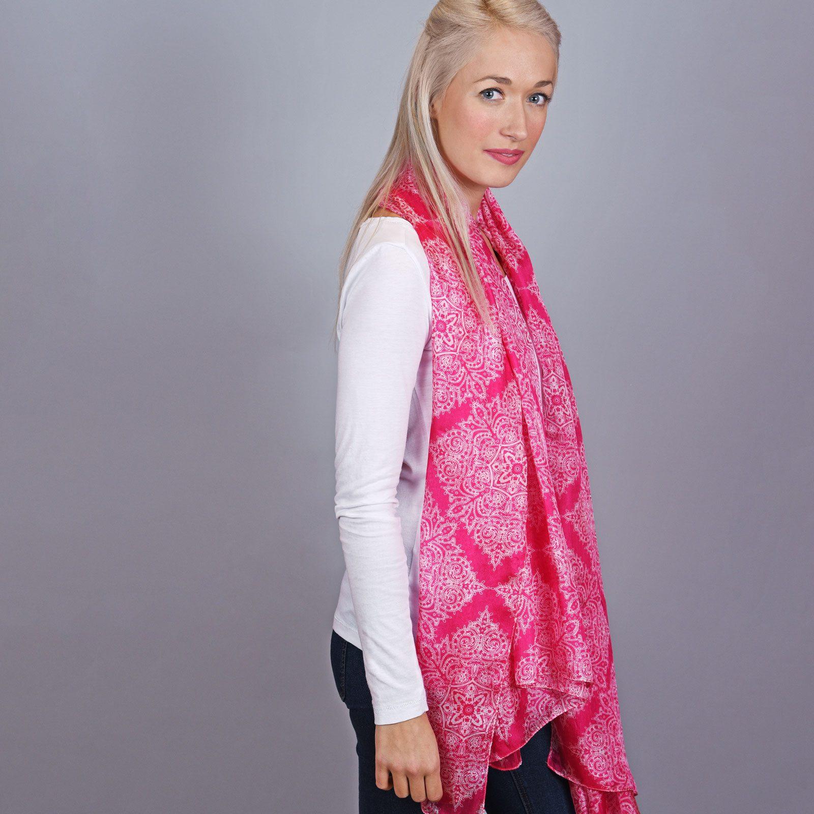 http://lookbook.allee-du-foulard.fr/wp-content/uploads/2018/11/AT-04121-VF16-2-etole-soie-fuchsia-mandala-1600x1600.jpg