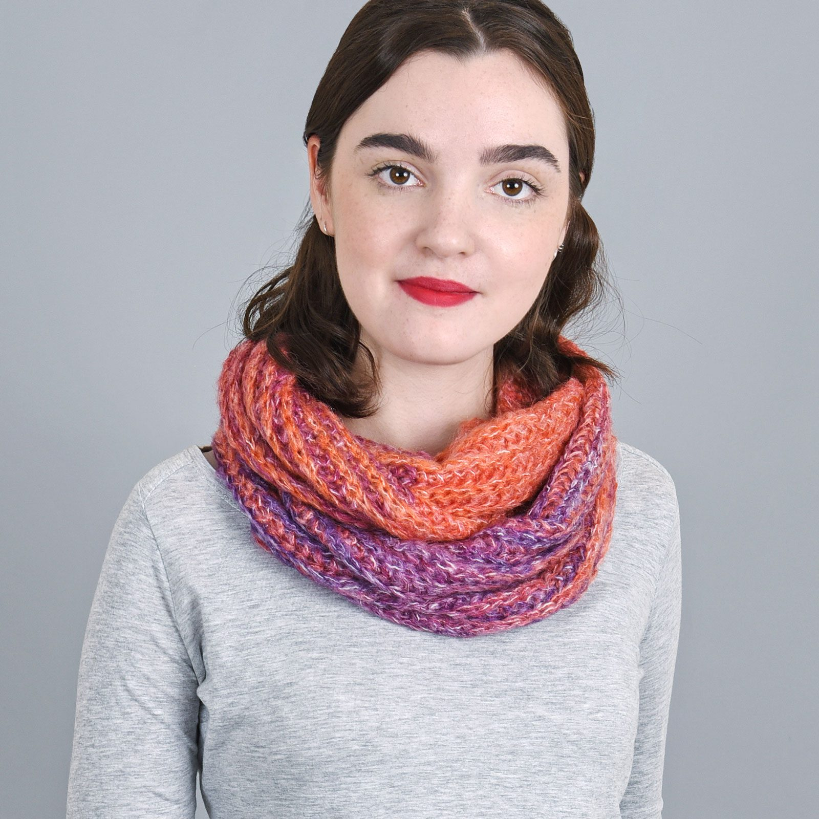 http://lookbook.allee-du-foulard.fr/wp-content/uploads/2018/11/AT-04135-VF16-echarpe-snood-femme-couleur-rouge-violet-1600x1600.jpg