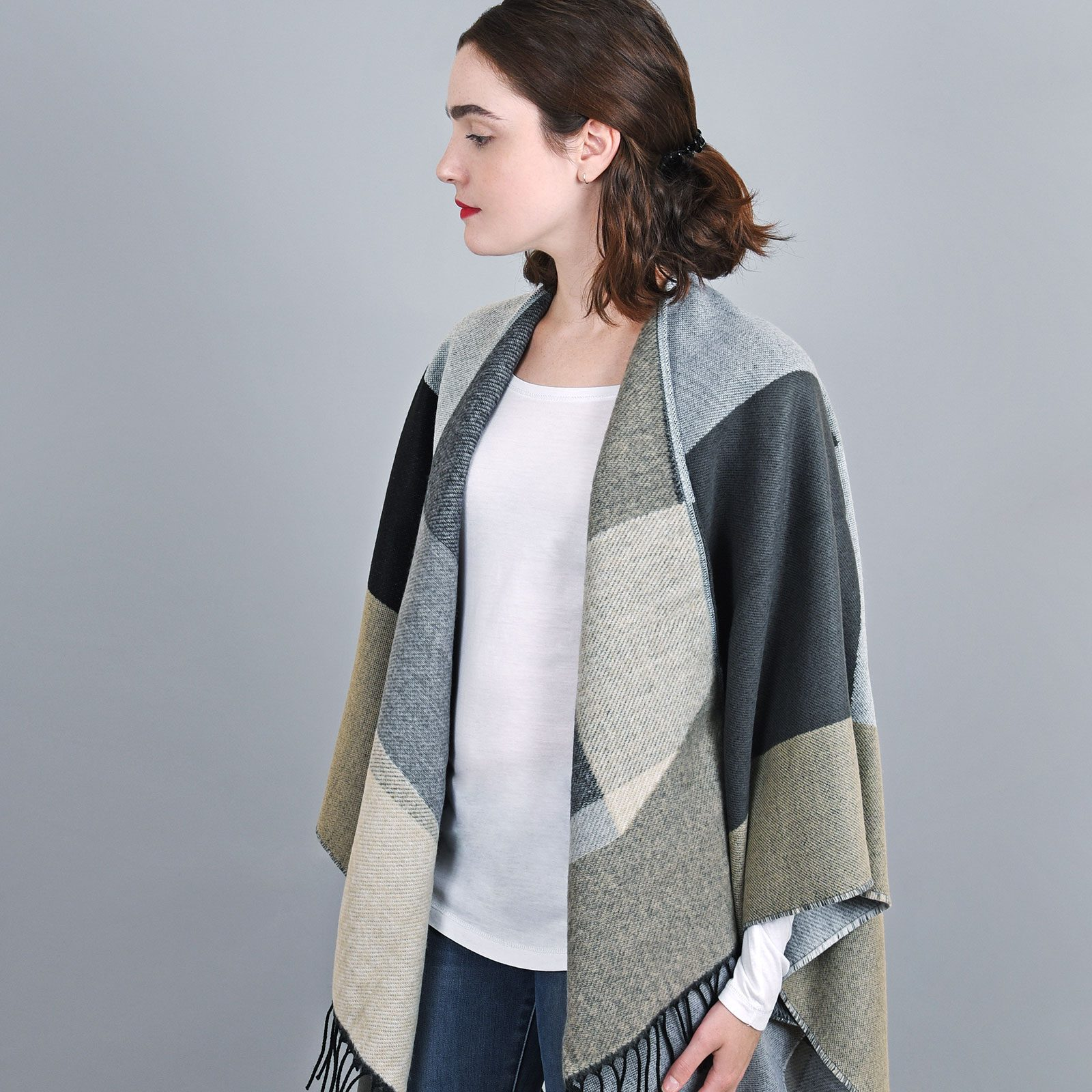 http://lookbook.allee-du-foulard.fr/wp-content/uploads/2018/11/AT-04151-VF16-2-poncho-chaud-hiver-patchwork-gris-noir-1600x1600.jpg