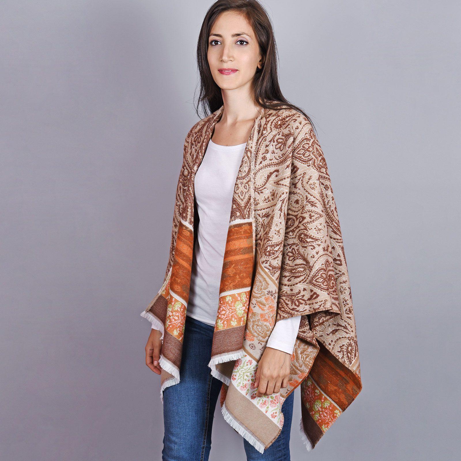 http://lookbook.allee-du-foulard.fr/wp-content/uploads/2018/11/AT-04513-VF16-1-poncho-beige-frise-florale-1600x1600.jpg