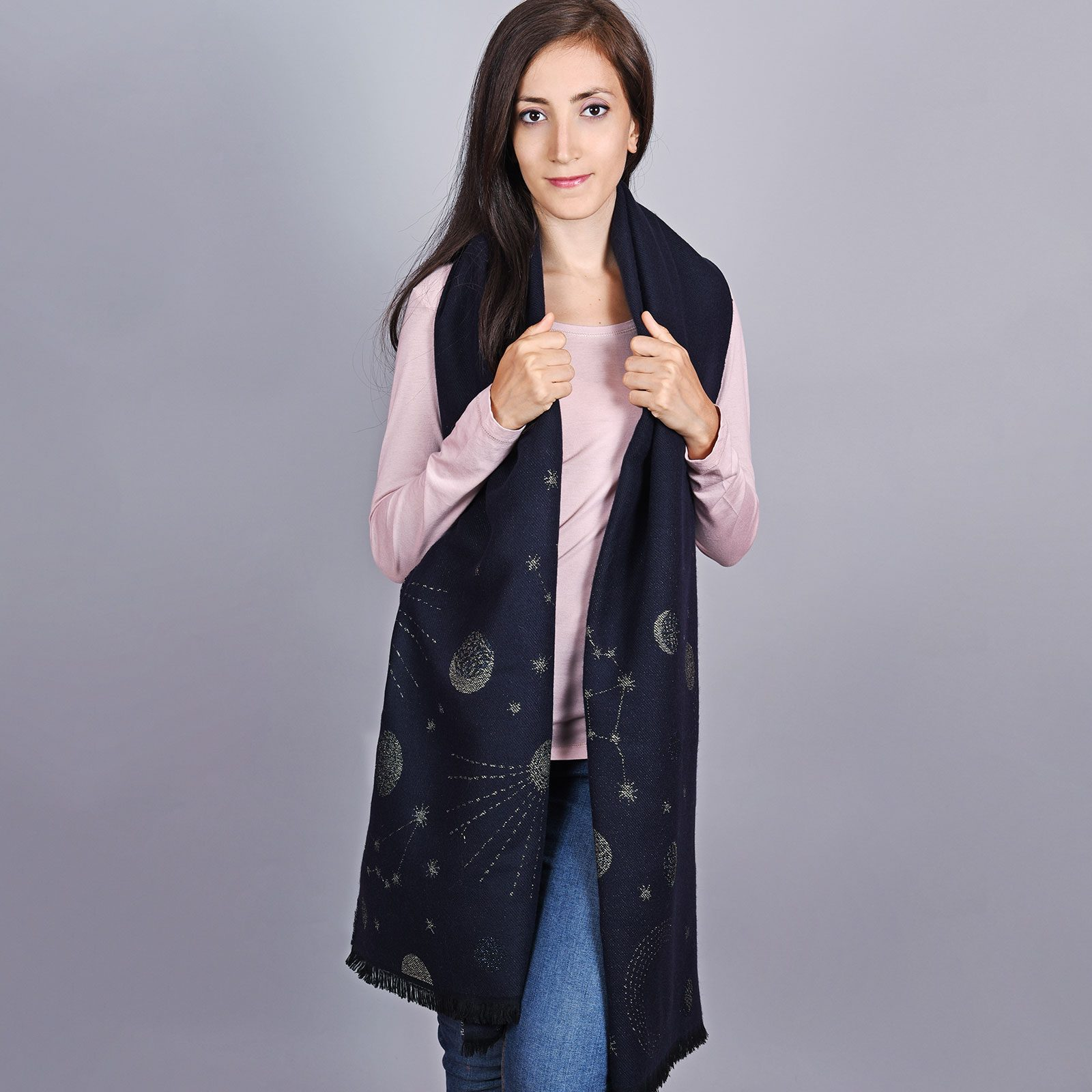 http://lookbook.allee-du-foulard.fr/wp-content/uploads/2018/11/AT-04521-VF16-2-chale-femme-marine-argent-1-1600x1600.jpg