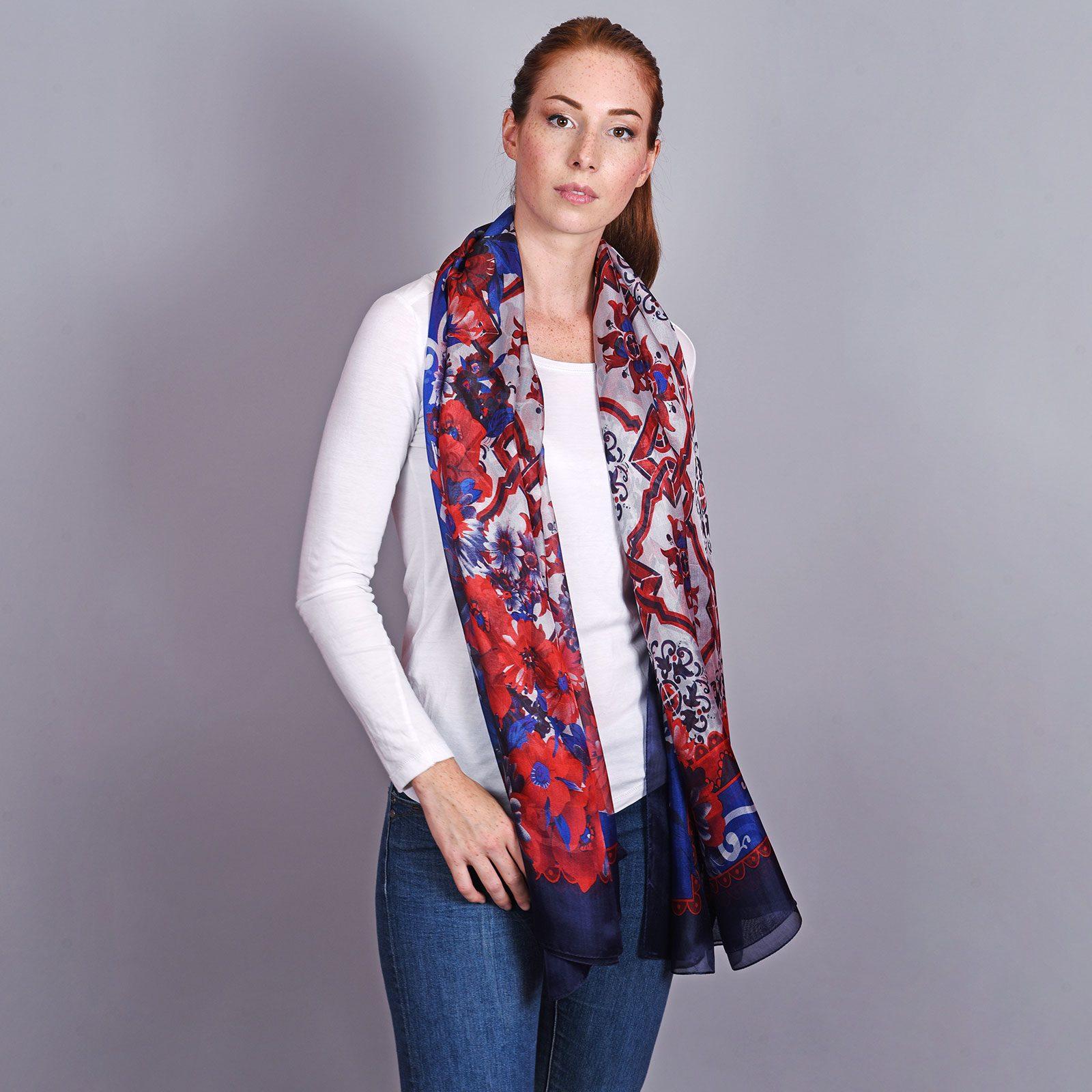 http://lookbook.allee-du-foulard.fr/wp-content/uploads/2018/11/AT-04577-VF16-2-etole-soie-fleurs-bleu-marine-1600x1600.jpg