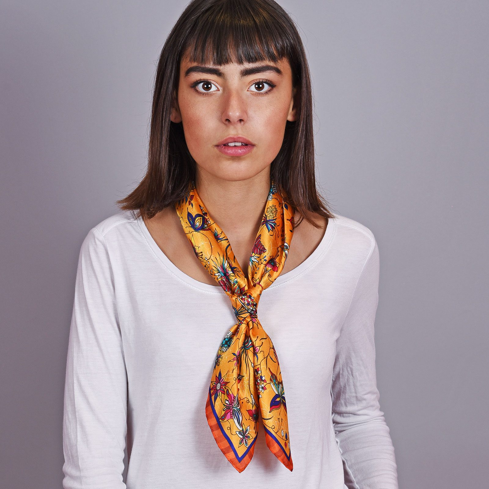 http://lookbook.allee-du-foulard.fr/wp-content/uploads/2018/11/AT-04603-VF16-2-carre-soie-jaune-orange-made-in-italie-1600x1600.jpg