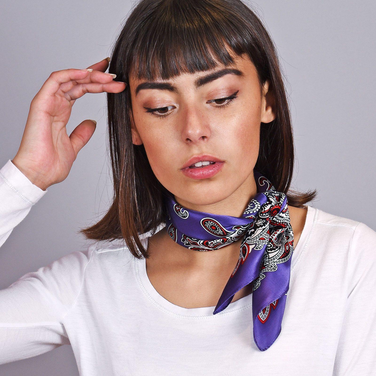 http://lookbook.allee-du-foulard.fr/wp-content/uploads/2018/11/AT-04612-VF16-carre-de-soie-violet-indigo-cachemire-1600x1600.jpg