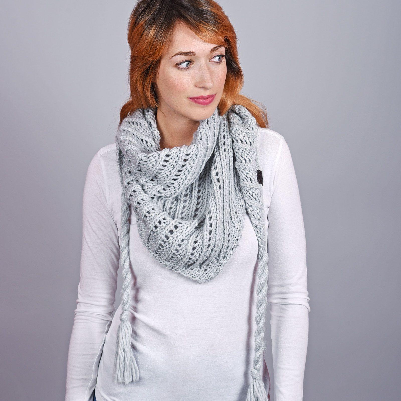 http://lookbook.allee-du-foulard.fr/wp-content/uploads/2018/12/AT-04552-VF16-1-echarpe-triangle-grise-1600x1600.jpg