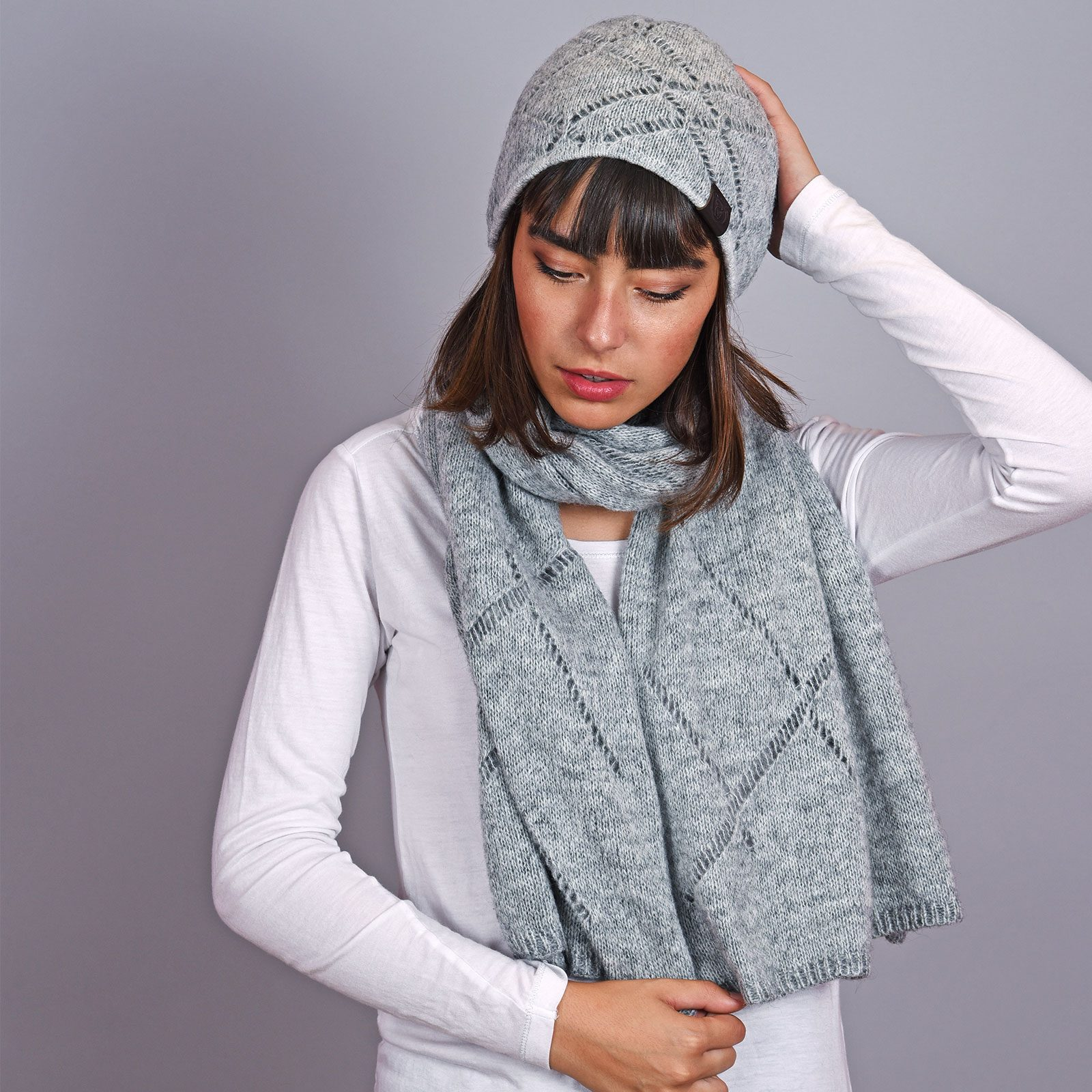http://lookbook.allee-du-foulard.fr/wp-content/uploads/2018/12/AT-04596-VF16-echarpe-et-bonnet-gris-1600x1600.jpg