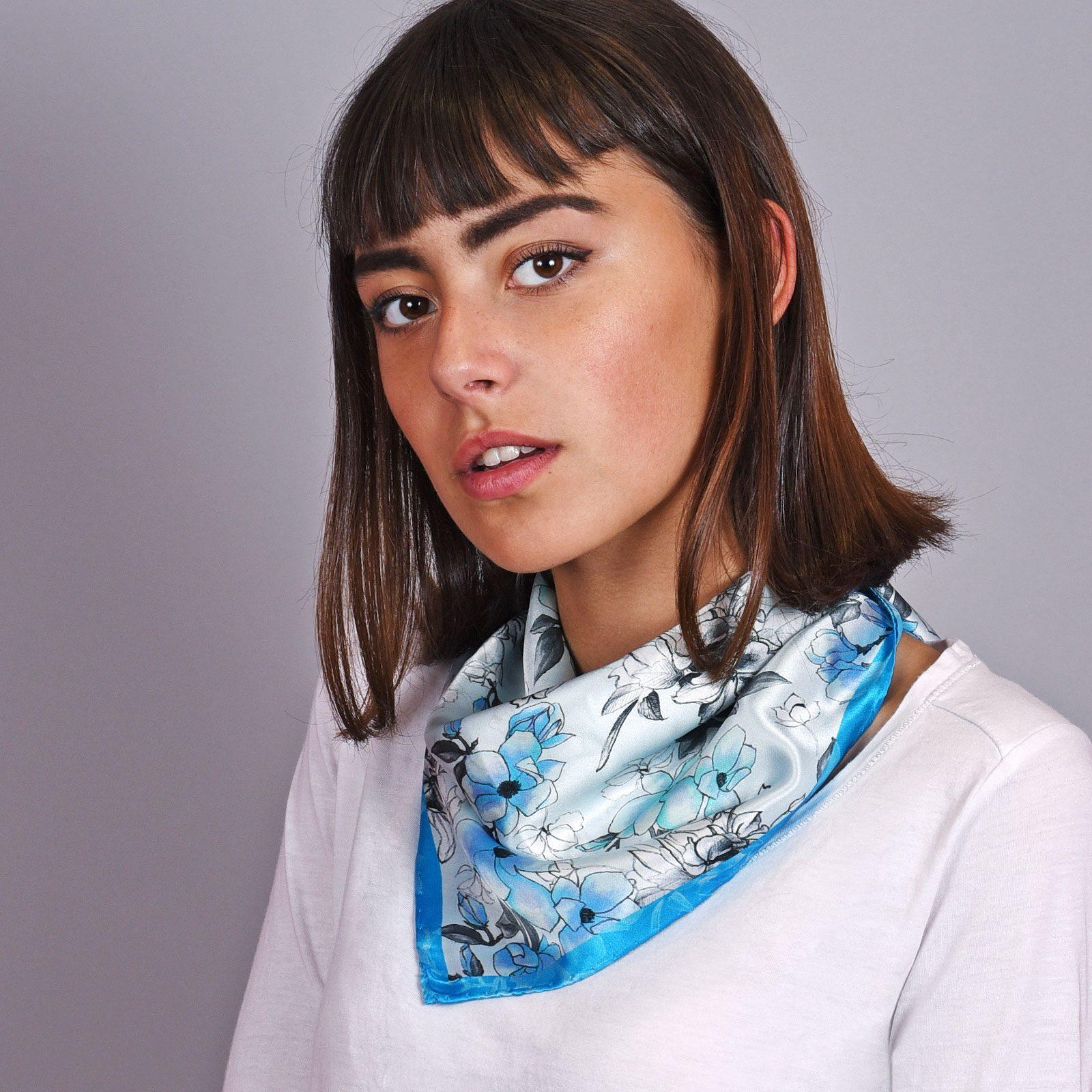 http://lookbook.allee-du-foulard.fr/wp-content/uploads/2018/12/AT-04601-VF16-1-carre-de-soie-floral-bleu-made-in-italie-1600x1600.jpg