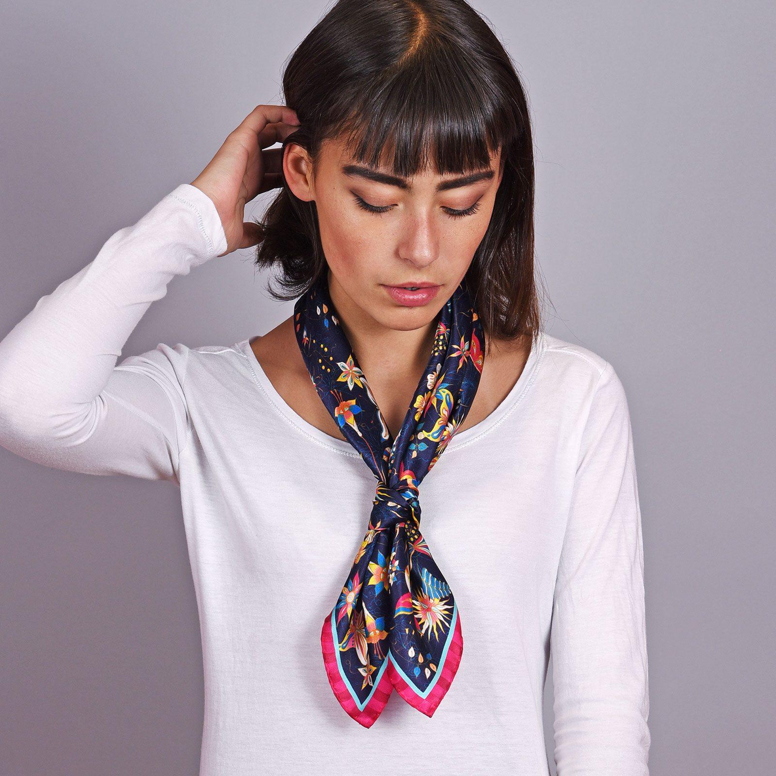 http://lookbook.allee-du-foulard.fr/wp-content/uploads/2018/12/AT-04602-VF16-2-carre-soie-femme-bleu-marine-made-in-italie-1600x1600.jpg