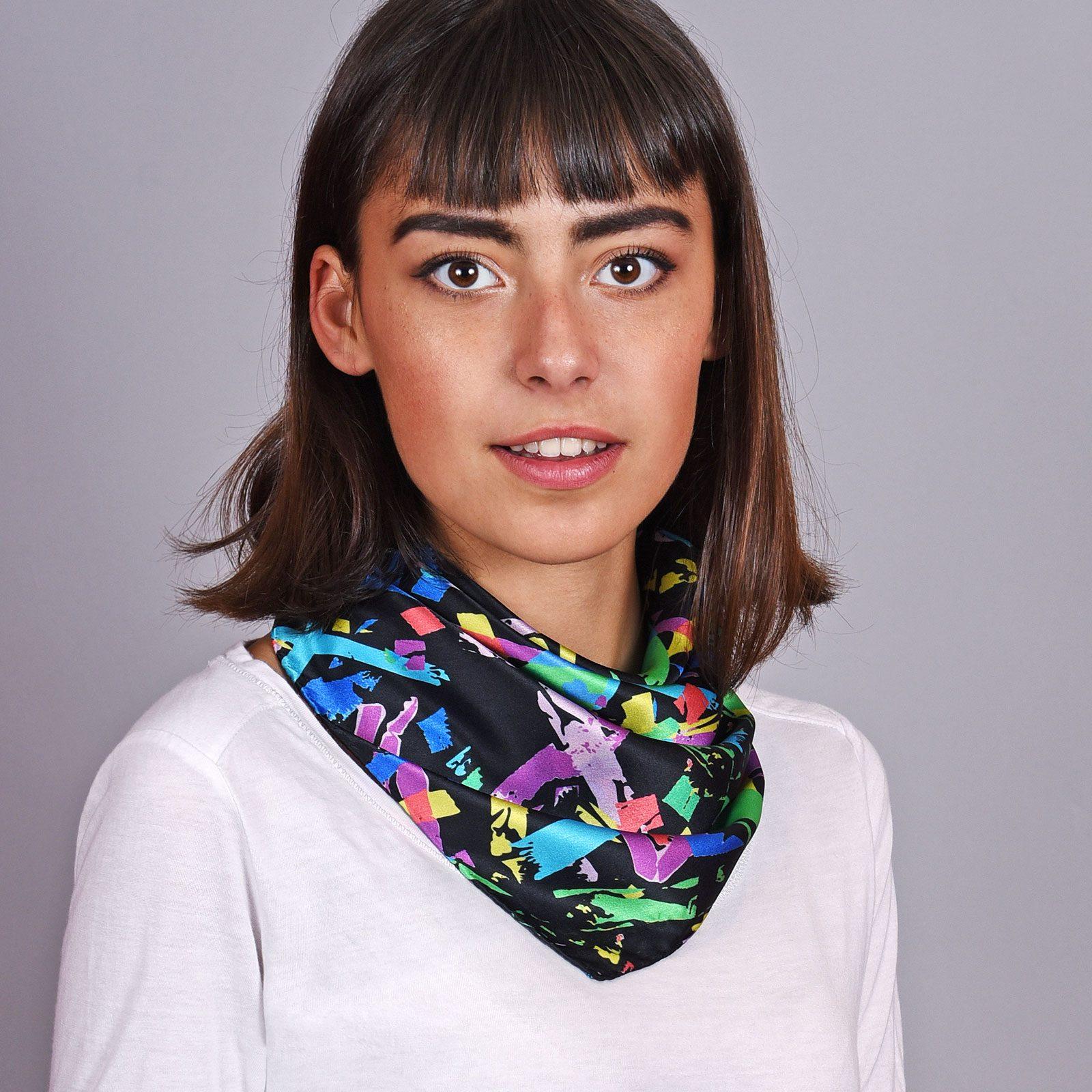 http://lookbook.allee-du-foulard.fr/wp-content/uploads/2018/12/AT-04604-VF16-1-carre-soie-65x65cm-noir-gribouillage-1600x1600.jpg