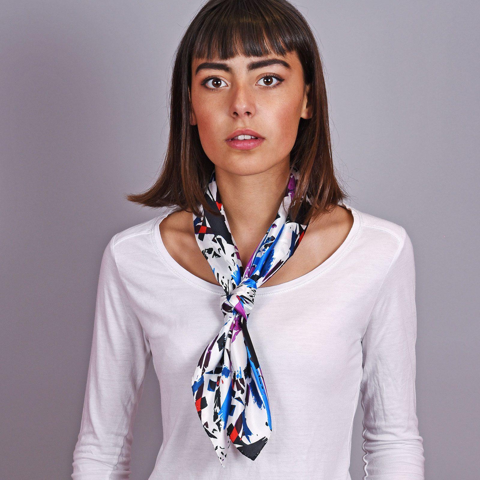 http://lookbook.allee-du-foulard.fr/wp-content/uploads/2018/12/AT-04605-VF16-2-carre-en-soie-blanc-abstrait-65x65-made-in-italie-1600x1600.jpg