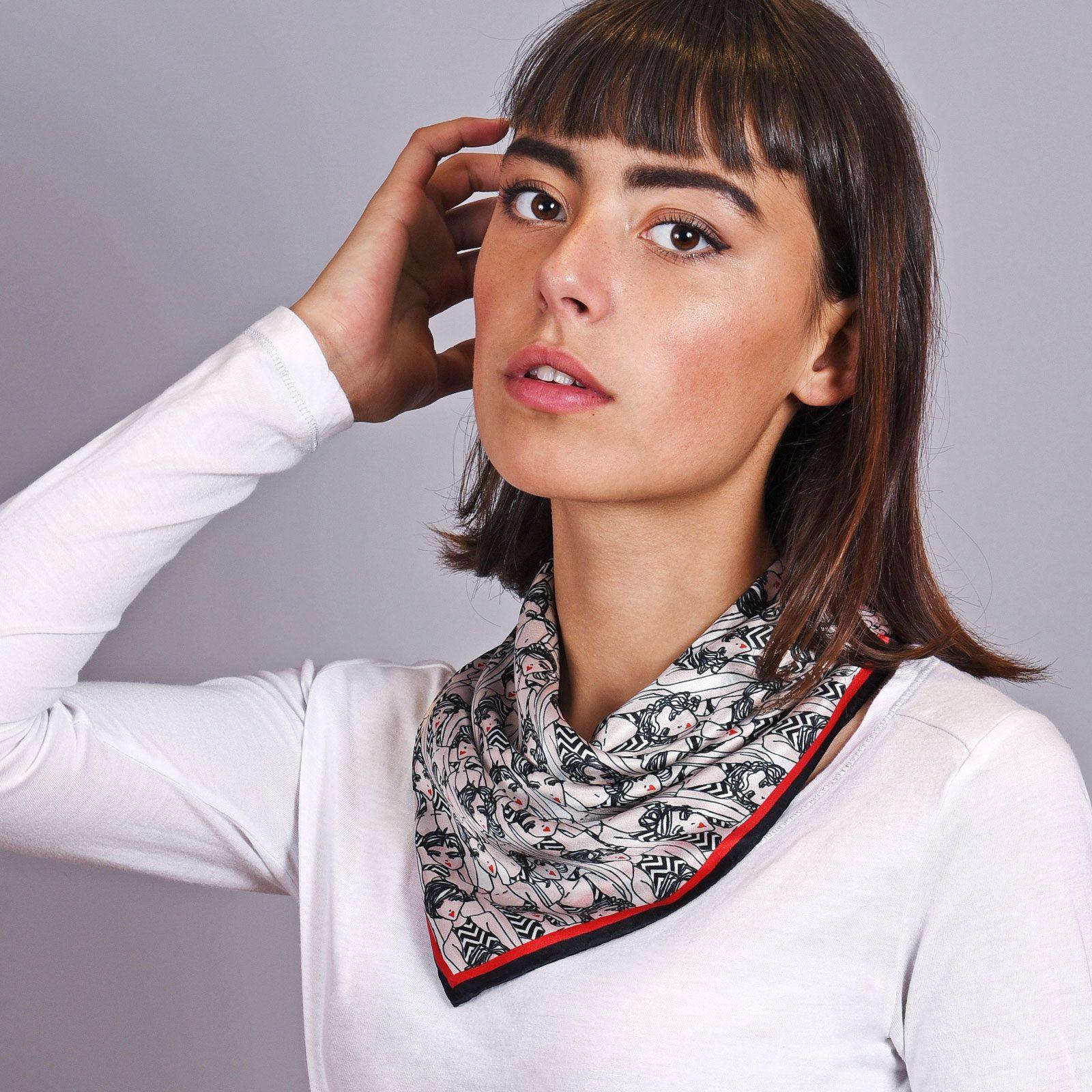 http://lookbook.allee-du-foulard.fr/wp-content/uploads/2018/12/AT-04607-VF16-1-foulard-carre-en-soie-noir-femmes-65x65-made-in-italie-1600x1600.jpg