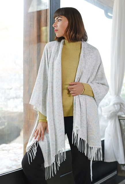 http://lookbook.allee-du-foulard.fr/wp-content/uploads/2019/01/0720-ADF-Accessoires-de-mode-LB-Poncho-H19-Cassiopee-1-434x637.jpg