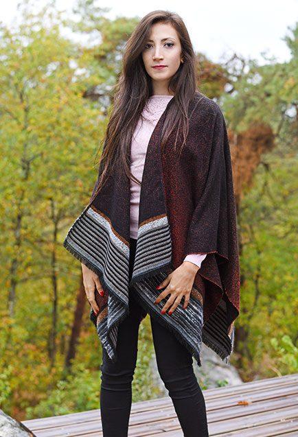 http://lookbook.allee-du-foulard.fr/wp-content/uploads/2019/01/0720-ADF-Accessoires-de-mode-LB-Poncho-H19-Feeries-2-434x637.jpg