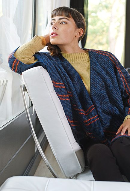 http://lookbook.allee-du-foulard.fr/wp-content/uploads/2019/01/0720-ADF-Accessoires-de-mode-LB-Poncho-H19-Tanata-1-434x637.jpg